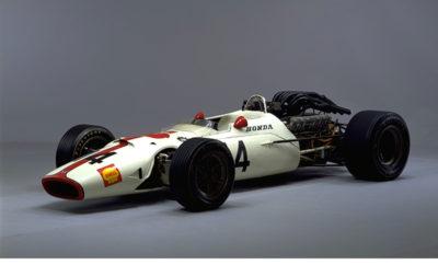 """H Honda θα επιδείξει το μονοθέσιο Honda R300 κατά τη διάρκεια του Ιταλικού Garnd Prix στη Μόνζα στις 3 Σεπτεμβρίου 2017 Η Honda Motor Co. προκειμένου να εορτάσει την 50η επαίτειο από τη νίκη του μονοθεσίου RΑ300 στην πίστα της Μόντζα, θα πραγματοποιήσει ένα γύρο επίδειξης πριν την εκκίνηση του 13ου αγώνα του Παγκοσμιου Πρωταθλήματος F1 που θα πραγματοποιηθεί στην πίστα Autodromo Nazionale Monza (Monza Circuit) την Κυριακή 3 Σεπτεμβρίου 2017. Η Honda ξεκίνησε να συμμετέχει στους αγώνες του Παγκοσμίου Πρωταθλήματος της F1 το 1964. Το RA300 παρουσιάστηκε το 1967 για πρώτη φορά στο Ιταλικό grand-prix με πιλότο τον John Surtess, o οποίος ξεκίνησε από την ένατη θέση στη γραμμή της εκκίνησης. Ο Jonhn Surtess οδηγώντας το RA300 βρέθηκε στην κορυφή της κούρσας στον τελευταίο γύρο και κέρδισε τον αγώνα με διαφορά 0,2 δευτερολέπτων, κατακτώντας τη δεύτερη νίκη για την ομάδα της Honda στο Πρωτάθλημα της F1. Ο Γενικός Διευθυντής της Motor Sports Division, Honda Motor Co., Ltd. Masashi Yamamoto δήλωσε: """"Είναι μεγάλη χαρά μας να μπορέσουμε να συμμετέχουμε στην ίδια πίστα για τον εορτασμό των 50 χρόνων της νίκης μας με το RA300. Ελπίζουμε ότι οι οπαδοί θα απολαύσουν την παρουσίαση του μονοθεσίου, τον ήχο του κλασσικού V12 κινητήρα, ενός μονοθεσίου που δημιουργήθηκε από το πάθος για νίκη. Επίσης, θα ήθελα να εκφράσω την ειλικρινή μας εκτίμηση στην FIA και την FOM για την υποστήριξή τους και τη συνεργασία τους για την παρουσίαση του RA300 σε αυτό τον αγώνα. Ο οδηγός του μονοθεσίου Νιρέι Φουκουζούμι δήλωσε: """"Αυτή θα είναι η πρώτη μου ευκαιρία να οδηγήσω ένα μονοθέσιο της F1. Είναι μεγάλη τιμή να μπορέσω να το κάνω αυτό στο Circuit Monza της Ιταλίας, όπου αυτό το μονοθέσιο κέρδισε το πρωτάθλημα πριν από 50 χρόνια. Θα συνεχίσω να εργάζομαι σκληρά και να προσπαθώ να επιστρέψω σε αυτή την πίστα ως πιλότος της F1. """" Honda RA300 Πρώτη παρουσίαση στο Ιταλικό Grand Prox 1967 Κινητήρας: Honda RA273E, υγρόψυκτος ατμοσφαιρικός V12 με περιεχομένη γωνία 90° Κυβισμός: 2,992cc Ιπποδύναμη: Περισσότερ"""