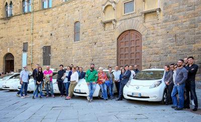 """Nissan LEAF ταξί και στην Ιταλία ! Με περισσότερα αυτοκίνητα μηδενικών εκπομπών ρύπων σε κυκλοφορία, η Φλωρεντία διαμορφώνεται ως μία από τις πιο προηγμένες """"έξυπνες"""" πόλεις στην Ιταλία. Πέρυσι, ο δήμος της Φλωρεντίας προκήρυξε διαγωνισμό για 70 νέες άδειες ηλεκτροκίνητων ταξί, τις οποίες και διέθεσε. Με βάση αυτό το διαγωνισμό, το Nissan LEAF είναι πλέον το πιο δημοφιλές αμιγώς ηλεκτροκίνητο ταξί στη Φλωρεντία, αφού 67 ιδιοκτήτες των νέων αδειών, το επέλεξαν για τη δουλειά τους. Επιπλέον, η Nissan παρείχε δωρεάν σε κάθε όχημα ένα σύστημα hotspot Wi-Fi, ικανό να εξυπηρετήσει μέχρι και οκτώ συσκευές, προσδίδοντας ένα ακόμα πλεονέκτημα στους οδηγούς και τους πελάτες που επιλέγουν μια διαδρομή με το Nissan LEAF. Με αυτή την πρωτοβουλία, η Φλωρεντία ακολουθεί το παράδειγμα μεγάλων ευρωπαϊκών πόλεων όπως της Μαδρίτης, η οποία διαθέτει περισσότερα από 100 ταξί Nissan LEAF, του Άμστερνταμ με στόλο 100 αμιγώς ηλεκτροκίνητων ταξί (συμπεριλαμβανομένων των Nissan LEAF και e-NV200) και της Βουδαπέστης. Η ευρωπαϊκή αγορά ηλεκτροκίνητων ταξί διευρύνεται, με όλο και περισσότερους φορείς να καρπώνονται τα οφέλη της κινητικότητας με μηδενικές εκπομπές ρύπων. Η Nissan έχει πουλήσει πάνω από 1.000 ηλεκτροκίνητα μοντέλα LEAF και e-NV200, σε οδηγούς και εταιρείες ταξί σε όλη την Ευρώπη. Η Ολλανδία, το Ηνωμένο Βασίλειο και η Ισπανία είναι οι τρεις μεγαλύτερες αγορές του κλάδου. Με την εμπορική διάθεση του Nissan LEAF, του πρώτου μαζικής παραγωγής αμιγώς ηλεκτροκίνητου οχήματος στην παγκόσμια αγορά, η Nissan καθιερώθηκε ως πρωτοπόρος στην κατηγορία EV. Σήμερα, το Nissan LEAF είναι το πιο δημοφιλές αμιγώς ηλεκτροκίνητο όχημα στον κόσμο, με περισσότερες από 277.000 πωλήσεις παγκοσμίως. Για τις πιο πρόσφατες πληροφορίες και σχετικές ενημερώσεις, ακολουθήστε το #Nissan #LEAF #ElectrifyTheWorld"""