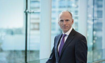 """Την 1η Ιανουαρίου 2018, ο Pieter Nota θα πλαισιώσει το Διοικητικό Συμβούλιο της BMW AG ως υπεύθυνος Πωλήσεων και Μάρκας BMW και του τμήματος aftersales του BMW Group. Μετά την διαδοχή του από τον Pieter Nota, ο Dr Ian Robertson (HonDSc), σημερινός υπεύθυνος Πωλήσεων BMW και μέλος του Δ.Σ., θα εξακολουθήσει να προσφέρει τις υπηρεσίες του στην εταιρία ως Ειδικός Εκπρόσωπος του BMW Group στο Ηνωμένο Βασίλειο, πριν αποχωρήσει στις 30 Ιουνίου 2018. «Επί μία δεκαετία σχεδόν στο Διοικητικό Συμβούλιο της BMW AG, ο Ian Robertson έχει διαμορφώσει την εικόνα και τη μελλοντική κατεύθυνση της μάρκας BMW και των υπο-μαρκών BMW i και BMW M», σχολίασε ο Dr. Norbert Reithofer, Πρόεδρος Εποπτικού Συμβουλίου της BMW AG. «Παρά το δύσκολο οικονομικό κλίμα της εποχής, οδήγησε την εταιρία σε μία συνεχή άνοδο, πετυχαίνοντας το ένα ρεκόρ πωλήσεων μετά το άλλο. Θα ήθελα να τον ευχαριστήσω για τα επιτεύγματά του και χαίρομαι που θα παραμείνει στην εταιρεία ως Πρεσβευτής του BMW Group για το Ηνωμένο Βασίλειο, μία από τις σημαντικότερες αγορές μας και χώρες παραγωγής». Ο Pieter Nota, ο οποίος θα αναλάβει το τιμόνι του τμήματος Πωλήσεων BMW από 1η Ιανουαρίου 2018, έρχεται στο BMW Group από την Royal Philips. Γεννημένος στην Ολλανδία, ο 52-χρονος είναι αυτή τη στιγμή Γενικός Διευθυντής Μάρκετινγκ της Philips και Εκτελεστικός Αντιπρόεδρος του """"Personal Health"""", του επιχειρηματικού τομέα καταναλωτικών προϊόντων και λύσεων της εταιρίας. Πριν από τη θέση αυτή, ο Nota είχε διατελέσει μέλος του Διοικητικού Συμβουλίου της Beiersdorf AG ως Γενικός Διευθυντής Μάρκετινγκ και Καινοτομίας, ενώ προηγουμένως κατείχε διάφορες διοικητικές θέσεις στη Unilever σε Ηνωμένο Βασίλειο, Γερμανία, Ολλανδία και Πολωνία. «Με τον Pieter Nota καταφέραμε να αποκτήσουμε έναν ειδήμονα διεθνούς προφίλ στις πωλήσεις και το μάρκετινγκ», δήλωσε ο Harald Krüger, Πρόεδρος Δ.Σ. της BMW AG. «Είμαι πεπεισμένος ότι τα μέχρι τώρα επιτεύγματά του στην καινοτομία και τη μεταμόρφωση εταιρειών θα συνεχίσουν να 'καθοδηγούν' τη βασική μας μάρκα"""