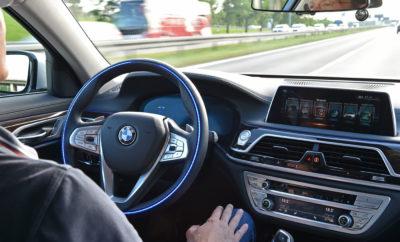 Το BMW Group, η Intel και η Mobileye ανακοίνωσαν ότι υπέγραψαν μνημόνιο συνεργασίας με σκοπό η Fiat Chrysler Automobiles (FCA) να γίνει η πρώτη αυτοκινητοβιομηχανία που θα συμβάλλει στη δημιουργίας μιας παγκοσμίως κορυφαίας, προηγμένης πλατφόρμας αυτόνομης οδήγησης για ευρεία εφαρμογή. Στόχος είναι να αξιοποιηθούν τα ιδιαίτερα πλεονεκτήματα, οι ικανότητες και οι πόροι κάθε εταίρου για την αναβάθμιση της τεχνολογίας της πλατφόρμας, την αποδοτικότερη εξέλιξη και την ταχύτερη έλευση στην αγορά. Παράγοντας ζωτικής σημασίας θα είναι η συνεγκατάσταση μηχανικών στη Γερμανία και σε άλλα μέρη. Η FCA θα συμβάλλει με μηχανολογικούς και άλλους τεχνικούς πόρους, τεχνογνωσία καθώς και με τους σημαντικούς όγκους πωλήσεων, τη γεωγραφική κάλυψη και τη μακροχρόνια εμπειρία της στη Β. Αμερική. «Για την πρόοδο της τεχνολογίας αυτόνομης οδήγησης απαιτείται η δημιουργία συνεργασιών μεταξύ κατασκευαστών αυτοκινήτων, τεχνολογικών παρόχων και προμηθευτών», δήλωσε ο CEO της FCA, Sergio Marchionne. «Πλαισιώνοντας αυτό το σχήμα, η FCA θα μπορέσει να επωφεληθεί άμεσα από τις συνέργειες και οικονομίες κλίμακας που επιτυγχάνονται όταν συνεργάζονται εταιρίες με κοινό όραμα και στόχο». Τον Ιούλιο του 2016, το BMW Group, η Intel, και η Mobileye ανακοίνωσαν ότι ένωσαν τις δυνάμεις τους για να κάνουν τα αυτοοδηγούμενα οχήματα πραγματικότητα και να φέρουν στην παραγωγή εξαιρετικά (Επίπεδο 3) ή πλήρως αυτόνομα μοντέλα (Επίπεδο 4/5) μέχρι το 2021. Από τότε έχουν σχεδιάσει και διαμορφώσει μία κλιμακούμενη αρχιτεκτονική που μπορεί να χρησιμοποιηθεί από κατασκευαστές αυτοκινήτων σε όλο τον κόσμο, διατηρώντας παράλληλα τα μοναδικά στοιχεία ταυτότητας κάθε μάρκας. Η σύμπραξη βαδίζει σταθερά προς το στόχο κυκλοφορίας 40 αυτόνομων οχημάτων δοκιμών στο δρόμο μέχρι το τέλος του 2017. Επίσης εκτιμά ότι θα επωφεληθεί από την αξιοποίηση δεδομένων και εμπειρίας του στόλου 100 οχημάτων δοκιμών Επιπέδου 4 της Mobileye, Εταιρίας της Intel, που ανακοινώθηκε πρόσφατα, καταδεικνύοντας την ευρύτητα κλίμακας αυτής της συνεργ
