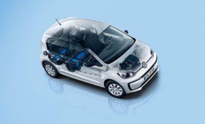 Νέα Στρατηγική Συνεργασία των Επαγγελματικών Οχημάτων Volkswagen και της ΔΕΠΑ» • Στόχος της νέας συνεργασίας η προώθηση της αεριοκίνησης στην Ελλάδα • Επιδότηση τιμής μέχρι €4.000 στα μοντέλα eco load up! και Caddy TGI «by Fisikon» που κινούνται με φυσικό αέριο Η Kosmocar - Volkswagen Eπαγγελματικά Οχήματα ανακοινώνει την νέα στρατηγική της συνεργασία με την ΔΕΠΑ για την προώθηση της αεριοκίνησης, αυτήν τη φορά με δύο επαγγελματικά μοντέλα, το eco load up! και το Caddy Van TGI, καθώς και με την επιβατική έκδοση Caddy Kombi TGI. Στο πλαίσιο αυτής της συνεργασίας, επιδοτείται η αγορά συγκεκριμένου αριθμού αυτοκινήτων με τεχνολογία φυσικού αερίου που φέρουν την υπογραφή «by Fisikon», διαμορφώνοντας μια εξαιρετική πρόταση για τον σύγχρονο επαγγελματία. Οι τιμές λιανικής με την επιδότηση των επαγγελματικών μοντέλων eco load up!, Caddy Van TGI καθώς και της επιβατικής έκδοσης Caddy Kombi TGI «by Fisikon», διαμορφώνονται ως εξής: Το eco load up! by Fisikon με μέση κατανάλωση 2,9 κιλά CNG απαιτεί μόλις 2,61€ για κάθε 100 χιλιόμετρα (μικτή χρήση). Σε σύγκριση με την βενζινοκίνητη έκδοση του load up! 1.0L 75ps που καταναλώνει 4,4 lt / 100km, το όφελος για έναν επαγγελματία που διανύει σε ετήσια βάση περίπου 20,000 χλμ, είναι ιδιαίτερα υψηλό, όπως περιγράφεται στον παρακάτω πίνακα: Έκδοση Μέση Κατανάλωση Τιμή καυσίμου Χιλιόμετρα / Έτος Ετήσιο κόστος Ετήσιο όφελος load up! 1.0 75ps 4,4lt / 100km 1,45€ / lt 20.000 1.276 € eco load up! by Fisikon 2,9kg / 100km 0,88€ / kg 20.000 510€ -766€ Πολύ σημαντικό είναι και το όφελος του επαγγελματία σε περίπτωση επιλογής του Caddy Van TGI by Fisikon, καθώς, συγκρινόμενο με την πετρελαιοκίνητη έκδοση του Caddy Van, το όφελος ξεπερνά τα 400€ σε ετήσια βάση. Ήδη στην Αττική λειτουργούν 5 σημεία ανεφοδιασμού φυσικού αερίου, ενώ σύντομα θα λειτουργήσουν ακόμα τρία (Κορωπί, Ηλιούπολη και μέχρι τέλος του χρόνου και στον Ασπρόπυργο). Δύο πρατήρια λειτουργούν ήδη στην Θεσσαλονίκη, ενώ 3 ακόμα πρατήρια βρίσκονται σε λειτουργία στην Λάρισα, τον Βόλο 