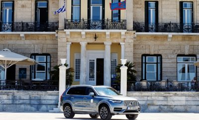 Συνεργασία Volvo Car Hellas και Poseidonion Grand Hotel Η Volvo και το ιστορικό ξενοδοχείο Poseidonion Grand Hotel στο νησί των Σπετσών, συναντιούνται τη φετινή σεζόν σε μία συνεργασία που συνδέει αρμονικά τις αξίες που αντιπροσωπεύουν τα δύο brand names. Το Poseidonion Grand Hotel με παρουσία 100 και πλέον ετών στην ελληνική φιλοξενία, φέρει μαζί του αρχές που διατηρούνται στο πέρασμα των χρόνων, οι οποίες όχι μόνο δεν αλλοιώνονται, αλλά εξελίσσονται και εναρμονίζονται με την κάθε εποχή. Η Volvo, εστιάζοντας στον άνθρωπο και τις ανάγκες του από την πρώτη μέρα ίδρυσής της, το 1927, αφού κατέκτησε δικαιωματικά στη συνείδηση του κοινού την πρώτη θέση στην ασφάλεια μέσα από σειρά εφευρέσεων και καινοτομιών, τα τελευταία χρόνια εκφράζει τη μοντέρνα πολυτέλεια, με σημαία τη σουηδική καταγωγή, το σκανδιναβικό design και την τεχνολογική πρωτοπορία. Οι κοινές ανθρωποκεντρικές αξίες είναι αυτές που έφεραν τα δύο κορυφαία brands πιο κοντά, σε μία μοναδική συνεργασία. Αυτό το καλοκαίρι Poseidonion Grand Hotel και Volvo ένωσαν τις δυνάμεις τους, ανεβάζοντας τον πήχη στην εμπειρία του επισκέπτη. Η μοναδικότητα που χαρακτηρίζει τις προσφερόμενες υπηρεσίες, είτε έχει να κάνει με την εξατομικευμένη εξυπηρέτηση και τους ανθρώπους στο χώρο της φιλοξενίας, είτε με τον σεβασμό προς τον άνθρωπο, τις ανάγκες του και πάνω απ' όλα την ασφάλειά του στο χώρο της αυτοκινητοβιομηχανίας, είναι αυτή που χαρακτηρίζει το κοινό όραμα. Από την αρχή της σεζόν, οι επισκέπτες του ξενοδοχείου απολαμβάνουν το αποτέλεσμα αυτής της συνεργασίας, μια συνεργασία που υμνεί την αισθητική, την ποιότητα, την φροντίδα και την προσοχή σε κάθε λεπτομέρεια, με σκοπό την αποκορύφωση της εμπειρίας φιλοξενίας που προσφέρει το ιστορικό ξενοδοχείο των Σπετσών στους καλεσμένους του. Ένα Volvo XC90 χρησιμοποιείται από το Poseidonion Grand Hotel για να προσφέρει στους επισκέπτες μία επιπλέον premium εμπειρία κατά τη διαμονή τους, ενώ ένα VIP test-drive με μοντέλο της Volvo είναι στη διάθεσή τους μετά το τέλος αυτής. ΣΗΜΕΙΩΣΗ