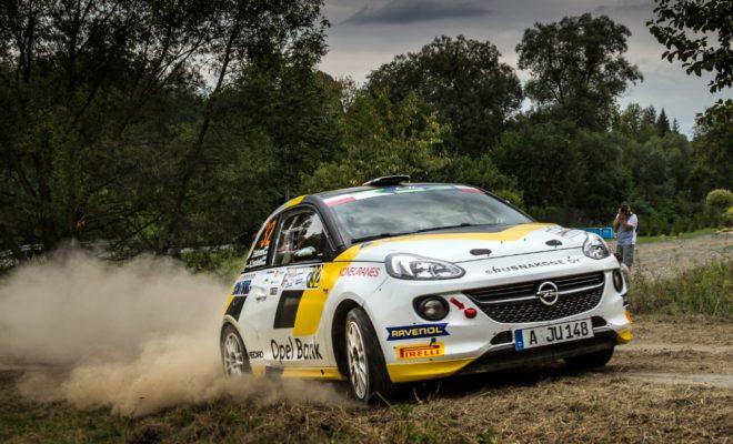 Νικητής του Rally Rzeszów ο επίσημος οδηγός της Opel Jari Huttunen με το εργοστασιακό ADAM R2 Ο Chris Ingram παραμένει στην κορυφή της βαθμολογίας του Ευρωπαϊκού Πρωταθλήματος Junior παρά την κακοτυχία του Η οδηγός του Opel Junior Tamara Molinaro κερδίζει βαθμούς για άλλη μία φορά μετά από ένα επεισοδιακό ράλι Η ομάδα της Opel Rallye Junior κυριάρχησε για άλλη μία φορά με πειστικό τρόπο στον τρίτο γύρο του Ευρωπαϊκού Πρωταθλήματος Ράλι Junior (FIA ERC Junior U27). Ο Φινλανδός Jari Huttunen (23 ετών από το Kiuruvesi) και ο συνοδηγός του Antti Linnaketo οδήγησαν το εργοστασιακό ADAM R2 στην πρώτη του νίκη στο Ευρωπαϊκό Πρωτάθλημα Νέων. Οι νικητές του περσινού ADAC Opel Rallye Cup διατήρησαν τον έλεγχο του δύσκολου ασφάλτινου αγώνα στην περιοχή της πόλης Rzeszów, στις παρυφές των Καρπαθίων Ορέων, στο νοτιοανατολικό άκρο της Πολωνίας, πετυχαίνοντας τον ταχύτερο χρόνο σε εννέα από τις έντεκα ειδικές διαδρομές. Στο τέλος 'έχτισαν' μία διαφορά δυόμισι σχεδόν λεπτών από το δεύτερο πλήρωμα. Χάρη στις νίκες του και στα δύο σκέλη του αγώνα και στους επτά βαθμούς που αποκόμισε σε κάθε σκέλος, ο Huttunen πήρε τους 39 διαθέσιμους βαθμούς που αντιστοιχούν σε κάθε αγώνα του Ευρωπαϊκού Πρωταθλήματος. Στη συνολική βαθμολογία του FIA ERC Junior U27, ο ήρεμος Φινλανδός είναι τώρα δεύτερος, πίσω από τον team mate του, Chris Ingram. «Ήταν ένα απίστευτα σκληρό ράλι», δήλωσε ο Huttunen στον τερματισμό. «Οι διαδρομές ήταν εξαιρετικά στενές, αλλά τρομερά γρήγορες. Το παραμικρό λάθος μπορούσε να φέρει την καταστροφή – όπως αποδείχτηκε την πρώτη μέρα με τόσα ατυχήματα. Πάνω απ' όλα είμαι χαρούμενος που ο Antti κι εγώ κάναμε έναν αλάνθαστο αγώνα και καταφέραμε τελικά να πάρουμε την πρώτη μας νίκη στο Ευρωπαϊκό Πρωτάθλημα Junior, χωρίς σοβαρά προβλήματα σε κανένα από τα δύο σκέλη. Το ADAM R2 λειτούργησε σαν ρολόι και οι μηχανικοί μου στην ADAC Opel Rallye Junior Team έκαναν εξαιρετική δουλειά όπως πάντα. Δεν θα με πείραζε καθόλου να συνεχίζαμε με τον ίδιο τρόπο». Τα σχόλια του Ingram για την εμπ