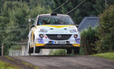 Δυνατή και πάλι η παρουσία της Opel στο Γερμανικό αγώνα του WRC 1-2 και τέταρτη συνεχόμενη επιτυχία για το Opel ADAM R2 στην κατηγορία του Πλούσιο θέαμα από τους νέους οδηγούς του ADAC Opel Rallye Cup Αφότου μεταφέρθηκε στο Saarland, το ADAC Rallye Deutschland, ο Γερμανικός αγώνας του Παγκόσμιου Πρωταθλήματος FIA WRC, παραμένει από τους σημαντικότερους της σεζόν για το Γερμανικό Πρωτάθλημα. Σύμφωνα με επίσημα στοιχεία, περίπου 220.000 θεατές παρακολούθησαν τις 21 ειδικές διαδρομές γύρω από το service park που βρισκόταν στη γραφική πόλη Bostalsee, τις τέσσερις ημέρες διεξαγωγής του αγώνα. Τους θεατές αποζημίωσε, η αφρόκρεμα του Παγκόσμιου Πρωταθλήματος, στο τιμόνι των World Rally Cars των 380 ίππων, με εντυπωσιακά περάσματα στο απόλυτο όριο. Για άλλη μία χρονιά η Opel έπαιξε σημαντικό ρόλο στην επιτυχία του διεθνούς αγώνα. Σχεδόν ένα στα τρία από τα 85 αυτοκίνητα ράλι που συμμετείχαν έφεραν το σήμα με τον κεραυνό (Blitz) της Opel. Όπως και τα προηγούμενα χρόνια, το ADAM ήταν το πιο διαδεδομένο μοντέλο στη λίστα συμμετοχών του ADAC Rallye Deutschland. Τη μερίδα του λέοντος είχαν τα νέα ταλέντα που συμμετέχουν στο ADAC Opel Rallye Cup, στο οποίο το Γερμανικό ράλι του WRC προσμετρούσε σαν δύο αγώνες, με τον καθένα να χαρίζει πλήρεις βαθμούς και χρηματικά έπαθλα. Κατά συνέπεια, οι νεαροί συμμετέχοντες από 13 διαφορετικές χώρες, προσέγγισαν τον αγώνα με ενθουσιασμό στο τιμόνι των ADAM με τους 140 ίππους σε έκδοση Cup. Μετά τις νίκες του Δανού Jacob Lund Madsen και του Αυστριακού οδηγού Julian Wagner, που προσκλήθηκε να συμμετάσχει στο συγκεκριμένο αγώνα, οι επικεφαλής της γενικής κατάταξης είναι ακόμη πιο κοντά μεταξύ τους. Ενώ απομένουν 100 ακόμη διαθέσιμοι βαθμοί για το πρωτάθλημα, στην κατάταξη προηγείται ο Σουηδός Tom Kristensson με 19 βαθμούς διαφορά από τον Ιρλανδό Calvin Beattie και 45 από τον Madsen. Οι οδηγοί των πιο ισχυρών ADAM R2 – 16 τον αριθμό - που συμμετέχουν στην κατηγορία RC4 αποδείχτηκαν ταχύτατοι από την αρχή. Για τέταρτη συνεχόμενη χρονιά στο Γερμανικ