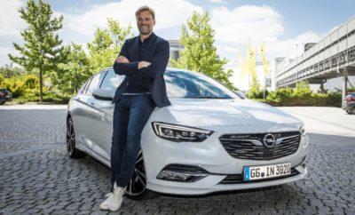 """Borussia Dortmund: Νέος προπονητής ο Peter Bosz, νέος στρατηγικός εταίρος η Opel 1. FSV Mainz 05: Ο Sandro Schwarz νέος προπονητής στην OPEL ARENA Jürgen Klopp: Συναρπαστική αναμένεται η σεζόν για τον πρεσβευτή της μάρκας Opel Feyenoord: Η Opel αποκλειστικός πάροχος οχημάτων στην πρωταθλήτρια Ολλανδίας Για τους οπαδούς: Εξασφαλισμένη ενημέρωση & σύνδεση με το σύστημα Opel OnStar Ξεκινάμε με τα σημαντικότερα νέα για τους ποδοσφαιρόφιλους – το μεγάλο καλοκαιρινό διάλειμμα στην Bundesliga έλαβε τέλος. Η σεζόν 2017/18 ξεκίνησε την Παρασκευή 18 Αυγούστου. Και οι δύο σύλλογοι - εταίροι της Opel, Borussia Dortmund και 1. FSV Mainz 05, ξεκίνησαν δράση το περασμένο Σάββατο. Η Dortmund αντιμετώπισε την VfL Wolfsburg ενώ η Mainz υποδέχτηκε την Hannover 96 στο OPEL ARENA. Η Feyenoord είχε ήδη ξεκινήσει νωρίτερα την υπεράσπιση του τίτλου της στο Ολλανδικό πρωτάθλημα με νίκη 2-1 επί της FC Twente, μπροστά σε ένα ενθουσιώδες πλήθος στο θρυλικό """"De Kuip"""". Στρατηγικός εταίρος της Dortmund εν όψει τριπλής πρόκλησης Όπως πολύ συχνά τα τελευταία χρόνια, η Borussia Dortmund θεωρείται ένα από τα φαβορί του πρωταθλήματος. Η Dortmund βασίζεται σε θαυμάσια ταλέντα όπως ο Αμερικανός διεθνής Christian Pulisic, αλλά και σε έμπειρους επαγγελματίες όπως ο κορυφαίος σκόρερ της περσινής σεζόν Pierre-Emerick Aubameyang. Η ομάδα έχει ενισχυθεί εν αναμονή πολλαπλών εθνικών και Ευρωπαϊκών προκλήσεων, υπογράφοντας συμβόλαια για την απόκτηση των Mahmoud Dahoud, Ömer Toprak, Maximilian Philipp και Dan-Axel Zagadou. Επιπλέον, η Borussia απέκτησε νέο προπονητή στο πρόσωπο του Ολλανδού Peter Bosz. Κατά τη διάρκεια του καλοκαιρινού διαλείμματος η Opel με τη Borussia Dortmund ανακοίνωσαν την επέκταση της επιτυχημένης συνεργασίας τους για μία πενταετία ακόμα. Το λογότυπο της Opel θα κοσμεί το μανίκι της φανέλας της Borussia Dortmund, ενώ η μάρκα ανήκει τώρα στους στρατηγικούς εταίρους του συλλόγου. Ο Schwarz υπεύθυνος στο OPEL ARENA Ο δεύτερος σύλλογος – εταίρος της Opel στην Bundesliga, 1. FSV Mainz 05, ανυπο"""