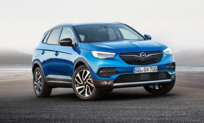 Νέο συμπαγές SUV με Σύστημα Αναγνώρισης Κόπωσης Οδηγού (Driver Drowsiness Alert) που αυξάνει την ασφάλεια Υπερσύγχρονα συστήματα υποστήριξης πρώτης κατηγορίας Ντεμπούτο στο ΙΑΑ, η παραγγελιοληψία ξεκίνησε, στα καταστήματα των Διανομέων αμέσως μετά το Σαλόνι της Φρανκφούρτης Το νέο Opel Grandland X θα κάνει την πρεμιέρα του στο 67ο Διεθνές Σαλόνι Αυτοκινήτου (IAA) της Φρανκφούρτης (14-24 Σεπτεμβρίου) και αμέσως μετά αναμένεται στα καταστήματα των Διανομέων. Το Grandland X διαθέτει υπερσύγχρονα συστήματα υποστήριξης A κατηγορίας: Σύστημα Αναγνώρισης Επικείμενης Σύγκρουσης (Forward Collision Warning) με Αυτόματο Φρενάρισμα Έκτακτης Ανάγκης (Automatic Emergency Braking) και ανίχνευση πεζού, Σύστημα Υποβοήθησης Παρκαρίσματος (Advanced Park Assist) και Κάμερα 360° – είναι μερικά από τα σημαντικότερα χαρακτηριστικά. Συστήματα όπως Διατήρηση και Προσαρμογή Ταχύτητας (Adaptive Cruise Control) με λειτουργία stop, που διατηρεί την επιλεγμένη ταχύτητα και απόσταση από το προπορευόμενο όχημα και φρενάρει ή επιταχύνει το Grandland X όταν χρειάζεται, αναβαθμίζουν το επίπεδο ασφάλειας. Επιπλέον υπάρχει ένα χαρακτηριστικό μείζονος σημασίας, ένα προνοητικό σύστημα υποστήριξης με την ονομασία Σύστημα Αναγνώρισης Κόπωσης Οδηγού (Driver Drowsiness Alert). Στη Γερμανία, μία έρευνα αυτοκινητόδρομων έδειξε ότι οδηγοί που αποκοιμήθηκαν ήταν αιτία για το ένα στα τέσσερα θανατηφόρα τροχαία ατυχήματα (σύμφωνα με το ADAC[1].). Συστήματα που είναι σχεδιασμένα να αναγνωρίζουν τα σημάδια της κόπωσης και να συμβουλεύουν τον οδηγό να κάνει ένα διάλειμμα είναι πιο συνηθισμένα σε αυτοκίνητα premium κατηγορίας. Η Opel φέρνει τώρα αυτά τα οφέλη της ασφάλειας σε ένα ευρύτερο κοινό, για παράδειγμα με το νέο Grandland X, το συναρπαστικό, νέο συμπαγές SUV, με τιμές που ξεκινούν από €24.500 (τιμή λιανικής με ΦΠΑ στην Ελλάδα). Το Σύστημα Αναγνώρισης Κόπωσης Οδηγού (Driver Drowsiness Alert) στο Grandland X ενεργοποιεί μία προειδοποίηση εάν η πορεία του οχήματος υποδηλώνει κόπωση του οδηγού ή έλλειψη προσοχής, 