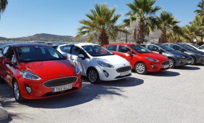 Οι Εργαζόμενοι της Ford Motor Ελλάς Δοκιμάζουν το Νέο Ford Fiesta • Το Λανσάρισμα του νέου Ford Fiesta απαίτησε σκληρή δουλειά από τους εργαζομένους της Ford Motor Ελλάς • Μετά από ένα κοπιαστικό λανσάρισμα, η Ford Motor Ελλάς θέλησε να δώσει την ευκαιρία στους εργαζομένους της να δοκιμάσουν το νέο μοντέλο • Τα γραφεία της εταιρίας άδειασαν για μία ημέρα, ώστε οι υπάλληλοί της να λάβουν μέρος σε μία χαλαρή καλοκαιρινή εκδήλωση με πρωταγωνιστή το νέο Ford Fiesta Το λανσάρισμα ενός νέου μοντέλου σηματοδοτεί σκληρή δουλειά για τους εργαζόμενους των εταιριών αυτοκινήτου. Οι εργασίες προετοιμασίας αρχίζουν πολλούς μήνες πριν από την «τελική» ημερομηνία λανσαρίσματος και απαιτούν τις συντονισμένες προσπάθειες όλων των τμημάτων. Στην περίπτωση του λανσαρίσματος του νέου Ford Fiesta στην Ελληνική αγορά, τα πράγματα ήταν πιο σύνθετα απ' ότι συνήθως, αφού η χώρα μας ήταν αυτή η οποία υποδέχθηκε τα πρώτα αυτοκίνητα που βγήκαν από το εργοστάσιο παραγωγής της Ford στην Κολωνία! Σκοπός ήταν να υποστηριχθούν οι προγραμματισμένες ενέργειες λανσαρίσματος για αυτό το τόσο σημαντικό μοντέλο της Ελληνικής αγοράς, αλλά και ο ετήσιος Πανευρωπαϊκός θεσμός Chairman's Awards* που φέτος διοργανώθηκε στην Αθήνα. Μετά από ένα τόσο κοπιαστικό λανσάρισμα, η Ford Motor Ελλάς θέλησε να χαρίσει λίγη χαλάρωση στους εργαζομένους της και παράλληλα να τους δώσει την ευκαιρία να δοκιμάσουν και οι ίδιοι το πιο τεχνολογικά προηγμένο αυτοκίνητο της κατηγορίας του. Μέσα από μία χαλαρή καλοκαιρινή εκδήλωση με πρωταγωνιστή το νέο Ford Fiesta, για μία ολόκληρη ημέρα, τα γραφεία της εταιρίας άδειασαν και οι εργαζόμενοι βρέθηκαν πίσω από το τιμόνι του δημοφιλούς μοντέλου της Ford με κατεύθυνση το ναό του Ποσειδώνα στο Σούνιο. Μετά την ξενάγηση στον αρχαιολογικό χώρο και την οδήγηση του αυτοκινήτου στην ευρύτερη περιοχή, η μέρα έκλεισε, όπως ήταν φυσικό, με γεύμα και θέα τη Θάλασσα. «Η Ford είναι μία εταιρία που κατασκευάζει αυτοκίνητα τα οποία χαίρεσαι να οδηγείς! Mε τα προϊόντα της χαρίζει χαμόγελα σε όσους λατ