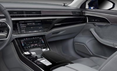 3D ήχος στο νέο Audi A8» • 3D ήχος για πρώτη φορά στα πίσω καθίσματα της 4ης γενιάς της πολυτελούς λιμουζίνας • 23 ηχεία, συμπεριλαμβανομένων τεσσάρων για τη χωρική διάσταση του ύψους • Στενή συνεργασία με την Bang & Olufsen και το Ινστιτούτο Fraunhofer Η ακρόαση μουσικής στο νέο Audi A8 γίνεται μια εκπληκτική εμπειρία. Το προηγμένο σύστημα ήχου της Bang & Olufsen φέρνει τώρα το μοναδικό ακουστικά χαρακτήρα του τρισδιάστατου ήχου και στα πίσω καθίσματα. Έτσι η μάρκα με τους τέσσερις κύκλους προσφέρει απαράμιλλη ποιότητα ήχου στην κορυφαία κατηγορία. Στο νέο Audi A8 η πολυτέλεια είναι ηχηρή! Η νέα γενιά του Audi A8 το καταδεικνύει με εμφατικό τρόπο - με το Bang & Olufsen 3D Advanced Sound System. Το οποίο διαθέτει 23 ηχεία με ιδιαίτερα ελαφρούς και χαμηλής παραμόρφωσης μαγνήτες νεοδυμίου, οι οποίοι παράγουν έναν ήχο υψηλής πιστότητας. Το αποτέλεσμα είναι εντυπωσιακό, ειδικά αν αναπαράγεται ένα κονσέρτο κλασικής μουσικής με υψηλή ποιότητα εγγραφής: Το εσωτερικό μετατρέπεται σε συναυλιακό χώρο, όπου η μουσική ξεδιπλώνεται με τον ίδιο ακριβώς τρόπο που ηχογραφήθηκε στο Μέγαρο Μουσικής - χωρίς τεχνητές επεμβάσεις. Ο ήχος είναι αυθεντικός και γεμάτος συναίσθημα. Άλλωστε η κορυφαία προτεραιότητα των ειδικών ήχου της Audi είναι να κάνουν την ποιότητα του ήχου μια αντανάκλαση της φιλοσοφίας της μάρκας. Οι λεπτομέρειες του ηχοσυστήματος Η μάρκα Audi παρουσίασε για πρώτη φορά 3D (τρισδιάστατο) ήχο το 2015, στο Audi Q7. Στο νέο Audi A8 επεκτείνει την επαναστατική αυτή τεχνολογία και στο πίσω μέρος του αυτοκινήτου. Δύο ηχεία πλήρους εύρους στις εμπρός κολώνες και δύο στην οροφή πάνω από τις πίσω θέσεις εξασφαλίζουν τη χωρική διάσταση του ύψους και αναπτύσσουν τον ήχο surround στην τέλεια στερεοφωνική εμπειρία. Ο ενισχυτής των 1.920 Watt της Bang & Olufsen, ο οποίος λειτουργεί με ιδιαίτερα υψηλή απόδοση χάρη στην τεχνολογία ICEpower, δημιουργεί τον 3D (τρισδιάστατο) ήχο με τη βοήθεια του επεξεργαστή ψηφιακού σήματος. Οι απώλειες θερμότητάς του είναι ιδιαίτερα μικρές και για το λό
