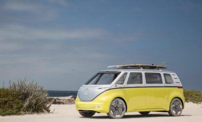 """Η Volkswagen κερδίζει το """"Βραβείο Καινοτομίας 2017""""» - Πολυάριθμες διακρίσεις της Volkswagen για καινοτομία στο πλαίσιο του Βραβείου Plus X - Το νέο Arteon κατατάσσεται στην κορυφή του «Automotive Brand Contest» Πλήθος βραβείων καινοτομίας και σχεδίασης απονεμήθηκαν στη Volkswagen στο πλαίσιο της Διεθνούς Έκθεσης Αυτοκινήτου της Φρανκφούρτης (ΙΑΑ 2017). Η μεγαλύτερη διάκριση για τη Volkswagen αφορούσε το Βραβείο Plus X """"Βραβείο Καινοτομίας 2017"""" για τον τίτλο της πιο καινοτόμου εταιρίας. Ο Klaus Bischoff, Επικεφαλής Σχεδιασμού της Volkswagen, παρέλαβε το κορυφαίο βραβείο εκ μέρους της εταιρίας. Το Βραβείο Plus X είναι ένα μία από τις πλέον εξέχουσες διακρίσεις παγκοσμίως για την τεχνολογία, τον αθλητισμό και το lifestyle. Απονέμεται σε εταιρίες ως αναγνώριση της ποιοτικής και τεχνολογικής ανωτερότητας των προϊόντων τους. Εκτός από αυτό το πρώτο βραβείο, τέσσερα ακόμη μοντέλα της Volkswagen εξασφάλισαν στις αντίστοιχες κατηγορίες τους σφραγίδες ποιότητας για να συνεχίσουν στη διεκδίκηση του βραβείου για το αυτοκίνητο της χρονιάς στο πλαίσιο του Βραβείου Plus X: - I.D. BUZZ1: """"Πρωτότυπο Αυτοκίνητο της Χρονιάς 2017"""" - Golf: """"Compact Επιβατικό Αυτοκίνητο της Χρονιάς 2017"""" - Atlas: """"SUV της Χρονιάς 2017"""" - Arteon: """"Sedan της Χρονιάς 2017"""" Επιπλέον, το νέο Arteon πήρε την υψηλότερη θέση """"Best of Best"""" στην κατηγορία """"Exterior and Interior Volume Brand"""" στον φετινό διαγωνισμό """"Automotive Brand Contest"""". Η διεθνής κριτική επιτροπή τεκμηρίωσε την απόφασή της ως εξής: """"Στο Arteon, οι σχεδιαστές από το Wolfsburg ενσάρκωσαν με εξαιρετική αυτοπεποίθηση τη μορφή του μέλλοντος σε ένα όχημα μαζικής παραγωγής. Συνδύασαν τα σχεδιαστικά στοιχεία ενός σπορ αυτοκινήτου με την κομψότητα και ευρυχωρία ενός κουπέ, ενώ ταυτόχρονα κατάφεραν να ενσωματώσουν στο αυτοκίνητο παραγωγής πολλά από τα στιλιστικά χαρακτηριστικά και τις σχεδιαστικές λεπτομέρειες του πρωτότυπου μοντέλου"""". Το Γερμανικό Συμβούλιο Σχεδίασης (Rat für Formgebung) διοργανώνει κάθε χρόνο τον διαγωνισμό """"Automotive Brand Conte"""