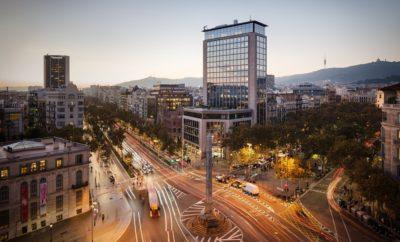 "Casa SEAT: ο φόρος τιμής της Μάρκας στη Βαρκελώνη / Η έμπνευση για το όνομα προήλθε από κοντινά κτίρια ορόσημα όπως η Casa Batlló, η Casa Milà ή η Casa Fuster / Η Casa SEAT θα βρίσκεται στη διασταύρωση των Paseo de Gracia και Avenida Diagonal, στην καρδιά της Βαρκελώνης / Ο νέος χώρος έχει στόχο να γίνει το σημείο συνάντησης για τις νέες τάσεις και τα ταλέντα της πόλης Ο νέος διαθεματικός χώρος της SEAT στη Βαρκελώνη θα ονομάζεται Casa SEAT. Η Μάρκα εμπνεύστηκε το συγκεκριμένο όνομα από μερικά από τα πιο εμβληματικά κτίρια της πόλης όπως η Casa Batlló, η Casa Milà ή η Casa Fuster, κάθε ένα αποτελεί διεθνώς αναγνωρισμένο στολίδι της μοντερνιστικής αρχιτεκτονικής. Με αυτή την κίνηση η SEAT αποτίει φόρο τιμής στη Βαρκελώνη, τους κατοίκους της και τα 30 εκατομμύρια ανθρώπους που επισκέπτονται την πόλη κάθε χρόνο και που όλοι ταυτίζονται με αυτά τα αρχιτεκτονικά αριστουργήματα. ""Το όνομα Casa SEAT προσαρμόζεται πλήρως στις αξίες που θα αντιπροσωπεύει η νέα έδρα μας στη Βαρκελώνη. Η πόλη είναι ένα μωσαϊκό ιστορικών κτιρίων που είναι διεθνώς γνωστά και των οποίων τα ονόματα φέρουν την έννοια του «σπιτιού» "" εξήγησε ο Πρόεδρος της εταιρείας Luca de Meo. "" Η Casa SEAT ενσαρκώνει τέλεια αυτό που θέλουμε να γίνει ο χώρος αυτός: το σπίτι όπου οι κάτοικοι της Βαρκελώνης και όλοι οι φίλοι της SEAT από όλο τον κόσμο θα είναι πάντα ευπρόσδεκτοι"". Η Casa SEAT βρίσκεται στην οδό Paseo de Gracia 109, στη διασταύρωση με την Avenida Diagonal και έχει προγραμματιστεί να ανοίξει στα τέλη του 2018. Ο νέος χώρος αυτός έχει στόχο την πλήρη ενσωμάτωσή του στην πολιτιστική και οικονομική ζωή της πόλης και σκοπό να γίνει το σημείο συνάντησης για τις νέες τάσεις και τα τοπικά και διεθνή ταλέντα. Οι νέες εγκαταστάσεις που διαθέτουν 2,600 τ.μ. εμβαδόν θα προσφέρουν πολιτιστικές εκδηλώσεις, εκθέσεις, χώρους γαστρονομίας, συναυλίες και pop up stores, ανάμεσα σε άλλα. Εκτός από την ανάδειξη των τελευταίων τάσεων σε διαφορετικές σφαίρες, οι επισκέπτες της Casa SEAT θα έχουν την ευκαιρία να μάθουν και "