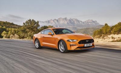 νέα Ford Mustang για την Ευρώπη ● Η νέα Ford Mustang έρχεται κομψότερη, με βελτιωμένους κινητήρες, πιο σπορ δυναμική συμπεριφορά και προηγμένες τεχνολογίες υποστήριξης για τους λάτρεις του θρυλικού αυτοκινήτου σε όλη την Ευρώπη ● Το πιο αθλητικό στυλ αναδεικνύεται από ζωηρά, διάφανα φώτα LED, τολμηρές νέες εξωτερικές αποχρώσεις και ζάντες αλουμινίου. Η πολυτέλεια εσωτερικού υποστηρίζεται από ποιοτικά, μαλακά υλικά και αλουμινένια φινιρίσματα ● Ο αναβαθμισμένος 5.0L V8 κινητήρας της Ford με 450 ίππους συνδυάζεται με το νέο 10-τάχυτο αυτόματο κιβώτιο, κάνοντας τη Mustang ταχύτερη, πιο πρόθυμη και πιο αποδοτική* ● Ανάρτηση MagneRide και επιλέξιμα προφίλ οδήγησης Drive Modes, όπως το προσαρμοζόμενο My Mode αυξάνουν την οδηγική απόλαυση. Νέο Σύστημα Active Valve Performance Exhaust προσφέρει το καινοτόμο Good Neighbour Mode ● Προηγμένες τεχνολογίες υποστήριξης οδηγού, όπως Pedestrian Detection, Lane Keeping Aid και προσαρμοζόμενη ψηφιακή οθόνη 12-ιντσών Η Ford αποκάλυψε τη νέα Ford Mustang για την Ευρώπη – κομψότερη, με προηγμένες αναβαθμίσεις κινητήρα και ανάρτησης, εξελιγμένες τεχνολογίες υποστήριξης οδηγού και περισσότερες επιλογές εξατομίκευσης για το διάσημο αυτοκίνητο. Το άμεσα αναγνωρίσιμο, δυναμικό προφίλ της Mustang αποτυπώνει μία κομψότερη, πιο αθλητική εμφάνιση η οποία αναδεικνύεται με τεχνολογία φωτισμού LED, 11 τολμηρές εξωτερικές αποχρώσεις και νέες επιλογές ζαντών αλουμινίου. Η νέα Mustang αναμένεται να είναι η ταχύτερη σε επιτάχυνση στην ιστορία του μοντέλου, με έναν αναβαθμισμένο 5.0L V8 κινητήρα απόδοσης 450 ίππων, σε συνδυασμό με ένα νέο 10-τάχυτο αυτόματο κιβώτιο της Ford. Προσαρμοσμένος στις απαιτήσεις των Ευρωπαίων οδηγών, ο απολαυστικός οδηγικός χαρακτήρας της Mustang έχει βελτιστοποιηθεί με μία προηγμένη, νέα ρυθμιζόμενη ανάρτηση MagneRide και επιλέξιμα προφίλ οδήγησης Drive Modes, μεταξύ των οποίων ένα νέο, προσαρμοζόμενο My Mode. Η νέα τεχνολογία Active Valve Performance Exhaust προσφέρει ένα πρωτοποριακό Good Neighbour Mode για οδήγηση νωρίς το