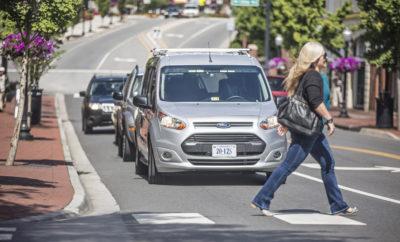Ford και Virginia Tech συνεργάζονται ώστε να Αναπτύξουν μία Μέθοδο Οπτικών Σημάτων για να Μπορούν τα Αυτόνομα Οχήματα να Επικοινωνούν με τους Ανθρώπους • Η Ford και το Virginia Tech Transportation Institute δοκιμάζουν μία μέθοδο ώστε να μπορούν τα αυτόνομα οχήματα να δείχνουν τις προθέσεις τους σε πεζούς, οδηγούς και δικυκλιστές. Απόπειρα δημιουργίας μιας πρότυπης οπτικής γλώσσας, κατανοητής και αντιληπτής από όλους • Η έρευνα προσομοιώνει ένα κατάλληλα διαμορφωμένο όχημα ώστε ο οδηγός του να μην είναι ορατός από τους πεζούς. Με αυτό τον τρόπο, οι ερευνητές μελετούν τις αντιδράσεις των πεζών στα φωτεινά σήματα ενός αυτοοδηγούμενου οχήματος που δείχνουν τις προθέσεις του – κίνηση, φρενάρισμα ή επιτάχυνση από στάση • Η ανάπτυξη μιας μεθόδου επικοινωνίας των αυτόνομων οχημάτων με τους πεζούς είναι απαραίτητη επειδή στοιχεία όπως χειρονομίες ή ένα νεύμα του κεφαλιού μεταξύ οδηγών και πεζών δεν περιλαμβάνονται σε σενάρια αυτόνομης οδήγησης Σήμερα, ένα απλό νεύμα του κεφαλιού ή μία χειρονομία του οδηγού είναι αρκετά για να δηλώσουν ότι ο πεζός μπορεί να διασχίσει το δρόμο με ασφάλεια, αλλά σε ένα μέλλον με αυτόνομα οχήματα, πώς ένα αυτοκίνητο χωρίς οδηγό θα μπορεί να επικοινωνεί με πεζούς, δικυκλιστές ή άλλους οδηγούς στο δρόμο; Θέλοντας να προετοιμαστεί γι' αυτή την αναπόφευκτη πραγματικότητα, η Ford Motor Company συνεργάστηκε με το ερευνητικό ινστιτούτο Virginia Tech Transportation Institute για τη δοκιμή μιας μεθόδου μέσω της οποίας ένα αυτοοδηγούμενο όχημα θα σηματοδοτεί τις προσθέσεις του, χρησιμοποιώντας πραγματικές αντιδράσεις από ανθρώπους σε δημόσιους δρόμους. «Είναι πολύ σημαντικό να κατανοήσουμε την επίδραση των αυτόνομων οχημάτων στον κόσμο όπως τον ξέρουμε σήμερα, προκειμένου να διασφαλίσουμε ότι θα δημιουργήσουμε την κατάλληλη εμπειρία για το αύριο,» δήλωσε ο John Shutko, τεχνικός ειδικών ανθρώπινων παραγόντων της Ford. «Χρειάζεται να επιλύσουμε τις προκλήσεις που προκύπτουν από την απουσία κανονικού οδηγού, γι' αυτό ο σχεδιασμός ενός τρόπου αντικατάστασης τ