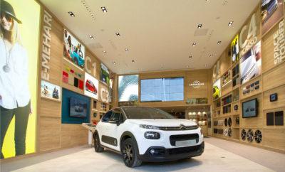 """Η Γαλλική Εβδομάδα αφιερωμένη στη μόδα, διήρκησε από τις 8 έως τις 16 Σεπτεμβρίου, γέμισε το Παρίσι από το πνεύμα της σύγχρονης δημιουργίας και του σχεδιασμού. Η Citroën πήρε μέρος στο επίσημο πρόγραμμα, με δύο μεγάλες εκδηλώσεις ανοιχτές στο κοινό. Η μία έλαβε χώρα στο La Maison Citroën, που βρίσκεται στην οδό Saint Didier του 16ου διαμερίσματος και η άλλη στη Galerie Joseph, στο 116 της Rue de Turenne του 3ου διαμερίσματος της Γαλλικής πρωτεύουσας, εκεί όπου βρισκόταν και η νέα έκδοση του Ε-MEHARI Styled By Courrèges. Είτε χάρη στην καινοτόμα αντίληψη σχεδίασης για τις αντιπροσωπείες στην πόλη, που εκφράζεται με το concept La Maison Citroën, είτε με την """"παράταση"""" του καλοκαιριού, χάρη στο υπερμοντέρνο ανοιχτό περιορισμένης παραγωγής νέο E-MEHARI Styled By Courrèges, το πνεύμα της Citroën είναι πιο ζωντανό από ποτέ. Συνεπώς ήταν απολύτως φυσική συνέπεια, η συμμετοχή της Citroën στο μεγάλο γεγονός του Σεπτεμβρίου, στο Paris Design Week. Από τις 8 έως τις 16 Σεπτεμβρίου, το πρόγραμμα με τη συνεργασία του Maison & Objet show, περιλάμβανε μια σειρά από εκθέσεις, συνέδρια ανταλλαγής απόψεων, εγκαίνια αλλά και βράδια εκδηλώσεων που είχαν όλα τον ίδιο σκοπό: να βγάλουν το design από τα στενά όρια του ενδιαφέροντος μόνο σε επαγγελματίες του είδους, κάνοντας events ανοιχτά σε όλους. Τέτοιες ήταν και οι δύο εκδηλώσεις που συμμετείχε η Citroën στο πλαίσιο του Paris Design Week: • La Maison Citroën που βρίσκεται στη διεύθυνση 39 rue Saint Didier, Paris 75016 Αυτός ο ζεστός χώρος των 150 τ.μ. απέχει πολύ από τις τυπικές εκθέσεις πωλήσεων καινούργιων αυτοκινήτων. Έχοντας κερδίσει μια σειρά από επαίνους και βραβεία, δείχνει με τρόπο χειροπιαστό τη νέα εμπειρία που λανσάρει η Citroën για τα σημεία πώλησης αυτοκινήτων. Οι επισκέπτες πήραν μια γεύση από την πραγματική αλλά και τη ψηφιακή νέα εποχή στις πωλήσεις που φέρει η Citroën με αυτό το concept που δημιουργήθηκε τον περασμένο Μάιο. Το concept αυτό, σύντομα θα επεκταθεί τόσο στην υπόλοιπη Γαλλία, όσο και παγκόσμια, με ανάλογες """