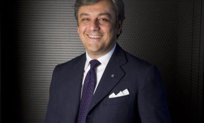 Το περιοδικό Automotive News Europe ανακηρύσσει τον Luca de Meo CEO της χρονιάς / Η υψηλού κύρους έκδοση επιβραβεύει την διοίκησή της SEAT / Ο Luca de Meo διαθέτει περισσότερα από 25 χρόνια εμπειρίας στην αυτοκινητοβιομηχανία / Το βραβείο θα απονεμηθεί στο πλαίσιο της Έκθεσης Αυτοκινήτου της Φρανκφούρτης το Σεπτέμβριο Ο Πρόεδρος της SEAT Luca de Meo διακρίθηκε από το περιοδικό Automotive News Europe με το Βραβείο Eurostars Award ως CEO της Χρονιάς στην κατηγορία των Αυτοκινήτων. Πρόκειται για μία αναγνώριση της θητείας του στο πηδάλιο της SEAT, την περίοδο που η Μάρκα επέστρεψε στην κερδοφορία. Το βραβείο θα απονεμηθεί στις 11 Σεπτεμβρίου, συμπίπτοντας έτσι με την εκκίνηση της Έκθεσης Αυτοκινήτου της Φρανκφούρτης. Με περισσότερα από 25 χρόνια εμπειρίας στον τομέα της αυτοκινητοβιομηχανίας, ο Luca de Meo είναι Πρόεδρος της SEAT από το Νοέμβριο του 2015. Υπό την ηγεσία του, η εταιρεία διανύει την περίοδο της μεγαλύτερης προϊοντικής επιθετικής πολιτικής στην ιστορία της με το λανσάρισμα τεσσάρων νέων μοντέλων (Ateca, Leon, Ibiza και Arona) σε 18 μήνες. Η επέκταση και η ανανέωση της γκάμας αυξάνει τις πωλήσεις πάνω από 13% το 2017 σε σχέση με πέρσι και καθιστά την SEAT ως μία από τις ταχύτερα αναπτυσσόμενες μάρκες στην Ευρώπη. Επιπλέον, έπειτα από τη δημοσίευση των καλύτερων οικονομικών αποτελεσμάτων στην ιστορία της το 2016, στο πρώτο εξάμηνο του τρέχοντος έτους τα λειτουργικά κέρδη της εταιρείας αυξήθηκαν κατά 40.9%. Όταν ενημερώθηκε για το βραβείο, ο Πρόεδρος της SEAT επεσήμανε: «Είμαι βαθιά ευγνώμων. Είναι τιμή να λαμβάνω αυτή τη διάκριση από ένα τόσο υψηλού κύρους περιοδικό όπως το Automotive News Europe και να προστίθεμαι στη λίστα των εξεχόντων στελεχών της αυτοκινητοβιομηχανίας οι οποίοι έχουν λάβει αυτή την αναγνώριση τα τελευταία χρόνια». Ο Luca de Meo, ο οποίος έλαβε το ίδιο βραβείο το 2007 και το 2014 στην κατηγορία Sales & Marketing Executive, υπογράμμισε ότι «το σημερινό βραβείο δεν θα ήταν δυνατό χωρίς την εξαιρετική ομάδα της SEAT. Αυτά που αρχίζουμε να 
