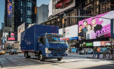 Η Daimler Trucks – ο μεγαλύτερος κατασκευαστής φορτηγών του κόσμου – θέτει το πρώτο εντελώς ηλεκτρικό φορτηγό σε παραγωγή – το FUSO eCanter • Η UPS είναι ο πρώτος εταιρικός πελάτης στις ΗΠΑ, όπως ανακοινώθηκε στην παγκόσμια εκδήλωση παρουσίασης στη Νέα Υόρκη • Δόθηκαν ηλεκτρικά φορτηγά σε τέσσερις εξέχουσες ΜΚΟ σε συνεργασία με τη Γενική Εισαγγελία Νέας Υόρκης • Το πλήρως ηλεκτρικό FUSO eCanter θα μειώσει τη στάθμη θορύβου που προκαλείται από τις εντός πόλεων διανομές και θα βοηθήσει τις μεγαλουπόλεις, όπως η Νέα Υόρκη, να επιτύχουν τους κλιματικούς στόχους τους • Marc Llistosella, Επικεφαλής της Daimler Trucks Asia: «Σε καιρούς που όλοι μιλούν για ηλεκτρικά φορτηγά, είμαστε οι πρώτοι που ουσιαστικά θέτουμε σε εργοστασιακή παραγωγή ένα εξολοκλήρου ηλεκτρικό φορτηγό. Έχουμε μακρά ιστορία στα εναλλακτικά συστήματα κίνησης και είμαστε περήφανοι που μπαίνουμε σε αυτή τη νέα εποχή. Το FUSO eCanter έρχεται στην αγορά μετά από χρόνια δοκιμών από πελάτες και με διασφάλιση ανταλλακτικών, υπηρεσιών και εγγύησης μέσω του παγκόσμιου δικτύου διανομέων FUSO». Νέα Υόρκη – Η Mitsubishi Fuso Truck and Bus Corporation (MFTBC), μέλος της Daimler Trucks - ο παγκόσμιος ηγέτης της αγοράς με μάρκες όπως Freightliner, Mercedes-Benz και FUSO - γιόρτασε στη Νέα Υόρκη την παγκόσμια παρουσίαση του FUSO eCanter. Το FUSO eCanter είναι το πρώτο πλήρως ηλεκτρικό, ελαφρύ φορτηγό παραγωγής και θα παραδοθεί σε πελάτες στις ΗΠΑ, στην Ευρώπη και την Ιαπωνία εντός του έτους. Η MFTBC σχεδιάζει να παραδώσει 500 φορτηγά αυτής της γενιάς σε πελάτες μέσα στα επόμενα δύο χρόνια. Μεγάλης κλίμακας παραγωγή προγραμματίζεται να ξεκινήσει το 2019. Ο Marc Llistosella, Πρόεδρος και Διευθύνων Σύμβουλος της Mitsubishi Fuso Truck and Bus Corporation και Επικεφαλής της Daimler Trucks Asia: «Σε καιρούς που όλοι μιλούν για ηλεκτρικά φορτηγά, είμαστε οι πρώτοι που ουσιαστικά θέτουμε σε εργοστασιακή παραγωγή ένα εξολοκλήρου ηλεκτρικό φορτηγό. Έχοντας μία μακρά ιστορία στα εναλλακτικά συστήματα κίνησης, είμαστε περήφανοι που