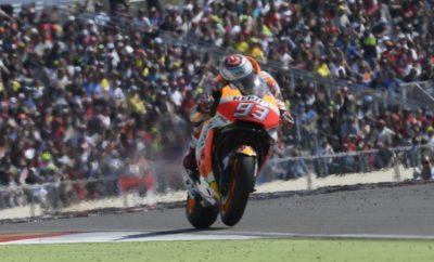 """Κορυφαίος αγώνας για τους Marquez και Pedrosa που έκαναν το 1-2 στην Άραγκον Οι Marc Marquez και Dani Pedrosa πέτυχαν ένα εκπληκτικό 1-2 στο χθεσινό Gran Prix της Άραγκον, ξεκινώντας από τη δεύτερη σειρά εκκίνησης με σκληρά ελαστικά ο πρώτος και με μεσαία γόμα ο δεύτερος. Και οι δύο αναβάτες της Repsol Honda έδωσαν μάχες για να κατακτήσουν το έβδομο διπλό βάθρο φέτος για την ομάδα. Αυτή ήταν η 60ή νίκη του Marc σε όλες τις κατηγορίες, η πέμπτη του φέτος και το ένατο βάθρο του μέσα στη σεζόν - το έβδομο μάλιστα στους τελευταίους οκτώ αγώνες. Με τη νίκη αυτή ο Ισπανός δημιούργησε μία διαφορά 16 βαθμών από τον δεύτερο στην κατάταξη Andrea Dovizioso και 28 βαθμών από τον τρίτο Maverick Viñales – τους δύο πιο κοντινούς διεκδικητές του τίτλου. Ο Dani Pedrosa, αφού έκανε τον ταχύτερο γύρο του αγώνα (1'49""""140) ανέβηκε για 111η φορά στην καριέρα του στο βάθρο έχοντας 195 αγώνες στη μεγάλη κατηγορία, τους περισσότερους πλέον από κάθε άλλο Ισπανό αναβάτη (ο Carlos Checa ακολουθεί με 194 εκκινήσεις). Ο όγδοος φετινός τερματισμός του Pedrosa στο βάθρο τον ανέβασε στην τέταρτη θέση της βαθμολογίας με 170 βαθμούς, 54 λιγότερους από το Marquez, με τέσσερις αγώνες να απομένουν μέχρι την ολοκλήρωση της σεζόν. 1ος Marc Marquez """"Είμαι πολύ χαρούμενος με αυτή τη νίκη γιατί ήταν ένας δύσκολος αγώνας. Χθες δεν αισθανόμουν και τόσο άνετα με τη μοτοσυκλέτα, ενώ και σήμερα δυσκολευόμουν με εξαίρεση το ζέσταμα – πραγματικά δεν ξέρω γιατί. Όμως, το γεγονός ότι αγωνιζόμουν σε μία από τις αγαπημένες μου πίστες, κοντά στο σπίτι μου και μπροστά από τους οπαδούς μου, ήταν κίνητρο για μένα. Πίεσα πολύ και σε κάποιες στροφές κλείδωσα το μυαλό μου, παρότι έπεσα δύο φορές χθες. Είδα ότι ο Viñales και ο Dovi δυσκολεύονταν και ήξερα ότι εκείνη ήταν η στιγμή που έπρεπε να πιέσω και αυτό έκανα. Είχα κάποιες πολύ δύσκολες στιγμές. Η μία όταν προσπάθησα να προσπεράσω το Valentino. Είχε μπει πιο κλειστά στη συγκεκριμένη στροφή απ' ό,τι περίμενα και για να αποφύγω την επαφή άφησα τα φρένα και τότε κατάλαβα ότι"""