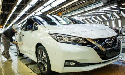 """Έναρξη παραγωγής του νέου Nissan LEAF στις ΗΠΑ και το Ηνωμένο Βασίλειο. Η Nissan Motor Co., Ltd., ενισχύοντας την παγκόσμια ηγετική της θέση στα αμιγώς ηλεκτροκίνητα οχήματα μηδενικών εκπομπών ρύπων, σχεδιάζει την έναρξη πλήρους παραγωγής του νέου Nissan LEAF στο εργοστάσιο συναρμολόγησης οχημάτων της Nissan στη Smyrna (Tennessee) των ΗΠΑ και στο αντίστοιχο εργοστάσιο του Sunderland, στο Ηνωμένο Βασίλειο, μέχρι το τέλος του 2017. Τα δύο παραπάνω εργοστάσια παραγωγής ενώνουν τις δυνάμεις τους με το εργοστάσιο της Nissan στην Oppama της Ιαπωνίας, το οποίο κατασκευάζει τη νέα γενιά του ηλεκτροκίνητου οχήματος με τις καλύτερες πωλήσεις στον κόσμο. """"Είμαστε υπερήφανοι που συνεχίσουμε να κατασκευάζουμε το Nissan LEAF σε τρία εργοστάσια παγκοσμίως"""", δήλωσε ο Fumiaki Matsumoto, εκτελεστικός αντιπρόεδρος της Nissan Motor Co., Ltd., Manufacturing, Supply Chain Management. """"Το Nissan LEAF είναι η ενσάρκωση του οράματος Nissan Intelligent Mobility, διαθέτοντας πολλές, προηγμένες τεχνολογίες. Οι εργαζόμενοι της Nissan στην Oppama, τη Smyrna και το Sunderland είναι ενθουσιασμένοι που συνεχίζουν να παράγουν το πιο δημοφιλές ηλεκτροκίνητο όχημα στον κόσμο"""". Η Nissan αποκάλυψε χθες το νέο Nissan LEAF, το οποίο διαθέτει μεγαλύτερη αυτονομία, προηγμένες τεχνολογίες και νέο δυναμικό σχεδιασμό. Το νέο Nissan LEAF θα κυκλοφορήσει στις 2 Οκτωβρίου στην Ιαπωνία και τους επόμενους μήνες στις ΗΠΑ, τον Καναδά και την Ευρώπη. Η παραγωγή της προηγούμενης γενιάς του Nissan LEAF ξεκίνησε στο εργοστάσιο της Oppama το 2010 και στη Smyrna και το Sunderland το 2013. Οι μπαταρίες του Nissan LEAF θα συνεχίσουν να παράγονται στη Smyrna, στο Sunderland και στη Zama της Ιαπωνίας. Δείτε περισσότερα σχετικά με το 100% ηλεκτροκίνητο, νέο Nissan LEAF στο https://www.nissan.gr/vehicles/new-vehicles/leaf-2017.html"""