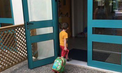 Καλή Σχολική Χρονιά με υγεία και ασφάλεια στο δρόμο από το Ι.Ο.ΑΣ.! Για μία ακόμη σχολική χρονιά, το Ινστιτούτο Οδικής Ασφάλειας (Ι.Ο.ΑΣ.) «Πάνος Μυλωνάς» φροντίζει για την ασφάλεια των μαθητών στο δρόμο υπενθυμίζοντας χρήσιμες συμβουλές για γονείς, μαθητές, εκπαιδευτικούς και οδηγούς. Όλες οι συμβουλές είναι διαθέσιμες στην ιστοσελίδα του Ι.Ο.ΑΣ. Παράλληλα το Ινστιτούτο συνεχίζει και αυτή τη σχολική χρονιά τα ειδικά σχεδιασμένα προγράμματα κυκλοφοριακής αγωγής που απευθύνονται σε μαθητές όλων των βαθμίδων εκπαίδευσης υπό την έγκριση του Υπουργείου Παιδείας, Έρευνας και Θρησκευμάτων και του Ινστιτούτου Εκπαιδευτικής Πολιτικής (Ι.Ε.Π.). Κύριος στόχος είναι να συνεργαστούμε με μαθητές, εκπαιδευτικούς αλλά και γονείς, προκειμένου να δώσουμε στις νέες γενιές τα εφόδια και τα εργαλεία για να μεγαλώσουν υπεύθυνοι οδηγοί και υπεύθυνοι πολίτες. Με αυτόν τον τρόπο, χτίζουμε τα θεμέλια προκειμένου να ανατρέψουμε σταδιακά τα τραγικά νούμερα των θανάτων από τροχαία δυστυχήματα σε παιδιά και νέους ηλικίας 5-29 ετών που εμφανίζονται στη χώρα μας. Πανελλαδικά, το Ινστιτούτο Οδικής Ασφάλειας (Ι.Ο.ΑΣ.) «Πάνος Μυλωνάς» έχει εκπαιδεύσει, έως σήμερα, περισσότερους από 140.000 μαθητές Π/θμιας και Δ/θμιας εκπαίδευσης. Όλες οι εκπαιδεύσεις πραγματοποιούνται από εξειδικευμένους εμψυχωτές σε ολόκληρη την Ελλάδα. Οι ενδιαφερόμενοι μπορούν να επικοινωνήσουν με το Ι.Ο.ΑΣ. «Πάνος Μυλωνάς» τηλεφωνικά στο 210 86 20 150, μέσω e-mail: info@ioas.gr ή στο Fax: 210 86 20 007. ΤΟ Ι.Ο.ΑΣ. «Πάνος Μυλωνάς» δίπλα στους μαθητές της Ηλιούπολης. Αυτή τη χρονιά το Ινστιτούτο Οδικής Ασφάλειας (Ι.Ο.ΑΣ.) θα βρίσκεται στην τελετή Αγιασμού για την έναρξη της σχολικής χρονιάς στο 5ο και 20ο Δημοτικό Σχολείο Ηλιούπολης (Αγαμέμνονος 1). Στην τελετή θα παραστεί η πρόεδρος του Ι.Ο.ΑΣ., Βασιλική Δανέλλη – Μυλωνά ενώ τους μικρούς μας φίλους θα επισκεφθεί η μασκότ του Ινστιτούτου, ο Ιππότης Ευγένιος, ο ήρωας της οδικής ασφάλειας των παιδιών. Παράλληλα, εθελοντές του Ινστιτούτου θα μοιράζουν έντυπο ενημερωτικό υλικό σε γονε