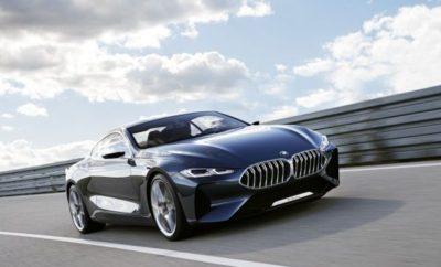"""Με τις πρεμιέρες των νέων μοντέλων της στη Φρανκφούρτη, η BMW εδραιώνεται περαιτέρω σαν μία μάρκα με απαράμιλλη συναισθηματική απήχηση χάρη στην εμπνευσμένη σχεδίαση, τις πρωτοποριακές καινοτομίες και την οδηγική απόλαυση για την οποία φημίζεται. Η BMW παρουσιάζει επίσης τις τελευταίες τεχνολογικές εξελίξεις για το μέλλον της προσωπικής μετακίνησης, όπου ο εξηλεκτρισμός των συστημάτων κίνησης, η ολοκληρωμένη ψηφιοποίηση και η περαιτέρω πρόοδος στον τομέα της αυτοματοποιημένης οδήγησης θα παίξουν καθοριστικό ρόλο. Το Hall 11 στην κεντρική είσοδο της έκθεσης της Φρανκφούρτης έχει προετοιμαστεί για το κοινό σταντ των BMW, MINI και BMW Motorrad που θα αποτελέσει ένα forum για την ανάδειξη νέων και μελλοντικών προτάσεων της προϊοντικής γκάμας. Εδώ νέα προϊόντα και υπηρεσίες από όλες τις μάρκες θα εκτίθενται με το σλόγκαν """"Το Αύριο Είναι Τώρα"""". Ο εκθεσιακός χώρος καλύπτει μία επιφάνεια πάνω από 10.500 m2 και περιβάλλεται από μία κυκλική πίστα περίπου 150 m. Εκεί, οι επισκέπτες της Έκθεσης (14 – 24 Σεπτεμβρίου 2017) θα έχουν την ευκαιρία να γνωρίσουν τα νέα μοντέλα εν δράσει. Τα μοντέλα BMW Concept 8 Series και BMW 7 Series Edition 40 Jahre αποδεικνύουν την ισχυρή παρουσία της BMW στην πολυτελή κατηγορία. Το παρών στη Φρανκφούρτη δίνουν επίσης η BMW Concept Z4, η νέα BMW Σειρά 6 Gran Turismo και η νέα BMW X3 που υπόσχονται απεριόριστη οδηγική απόλαυση σε συνδυασμό με συναρπαστική open-air αίσθηση, κομψότητα και άνεση στα μακρινά ταξίδια, αλλά και πολυδιάστατες σπορ ικανότητες. Η τεχνογνωσία που προέρχεται από το μηχανοκίνητο αθλητισμό είναι παραδοσιακό συστατικό του DNA της BMW και χαρίζει στη νέα BMW M8 GTE τα τέλεια διαπιστευτήρια για τους αγώνες αντοχής. Η νέα BMW M5, μεταφέρει αυτά τα γονίδια υψηλών επιδόσεων από την πίστα στο δρόμο με θεαματικό τρόπο. Η νέα έκδοση του BMW i3, που κάνει επίσης ντεμπούτο στη Φρανκφούρτη μαζί με το νέο και ακόμα πιο σπορ BMW i3s, αποτυπώνει τη στενή σχέση οδηγικής απόλαυσης και βιωσιμότητας σύμφωνα με τις αρχές της BMW i. Η BMW Motorrad """