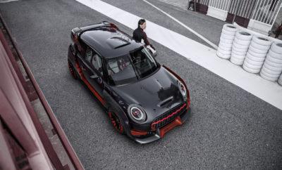 Το BMW Group επέλεξε την Έκθεση Αυτοκινήτου της Φρανκφούρτης (IAA Cars 2017) για να παρουσιάσει το σύγχρονο αγωνιστικό ταπεραμέντο ενός MINI με τη μορφή του MINI John Cooper Works GP Concept. Αντλώντας έμπνευση από τις θρυλικές νίκες του Βρετανού κατασκευαστή στο Monte Carlo Rally ακριβώς πριν από 50 χρόνια, η συγκεκριμένη σχεδιαστική μελέτη ενσωματώνει μία συμπυκνωμένη αίσθηση δυναμισμού και την απόλυτη διασκεδαστική οδήγηση, τόσο στην πίστα όσο και στο δρόμο. Το πρωτότυπο παίρνει τη σκυτάλη από το MINI John Cooper Works GP του 2012 και από το MINI Cooper S με το John Cooper Works GP Kit του 2006. Με περιορισμένη παραγωγή 2.000 μονάδων, τα δύο αυτά μοντέλα, στην εποχή τους, εξερεύνησαν το απόλυτο όριο στον τομέα των επιδόσεων. «Το MINI John Cooper Works GP Concept αντιπροσωπεύει την απόλυτη αίσθηση της οδήγησης προσφέροντας επιδόσεις αγωνιστικού επιπέδου», δηλώνει ο Peter Schwarzenbauer, Μέλος του Διοικητικού Συμβουλίου της BMW AG και υπεύθυνος για τις μάρκες MINI, Rolls-Royce και BMW Motorrad. «Μιλάμε για διασκεδαστική οδήγηση στην πιο αγνή της μορφή». Σχεδίαση – συμπαγείς διαστάσεις και σπορ συμπεριφορά. Η σχεδίαση του MINI John Cooper Works GP Concept αναδύει καθαρότητα και πλούσιο συναίσθημα ταυτόχρονα. Σημαντικά φαρδύτερο από το τρέχον MINI, το σχέδιο αποπνέει δυναμισμό και ισχύ. Τα φαρδιά φτερά εμπρός και πίσω, οι πλαϊνές ποδιές και η προεξέχουσα αεροτομή οροφής του χαρίζουν μία ιδιαίτερα πειστική εμφάνιση. Η χρήση ελαφρών υλικών, όπως τα ανθρακονήματα, βελτιστοποιούν την αναλογία βάρους / ισχύος του αυτοκινήτου. Και βέβαια η ιδανική κατανομή βάρους είναι το μυστικό της go-kart αίσθησης που αποτελεί σήμα κατατεθέν της MINI. «Αν γνωρίζετε από MINI, θα έχετε ακούσει για τη μακρά, επιτυχημένη ιστορία της μάρκας στους αγώνες», λέει ο Adrian van Hooydonk, Ανώτερος Αντιπρόεδρος του BMW Group Design. «Το MINI John Cooper Works GP Concept συγκεντρώνει όλα τα σχεδιαστικά στοιχεία που χαρακτηρίζουν το MINI και τα αναδεικνύει στην πιο σπορ και συναρπαστική τους μορφή. Α