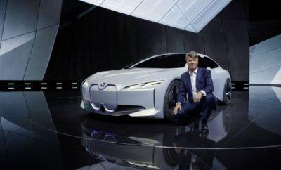 """Η BMW δίνει το έναυσμα για την επικείμενη προϊοντική της επίθεση με μία φαντασμαγορική παρέλαση νέων μοντέλων και πρωτοτύπων στη Έκθεση Αυτοκινήτου της Φρανκφούρτης 2017 (ΙΑΑ). Στο περίπτερο της εταιρίας, οι επισκέπτες θα μπορούν να απολαύσουν μία πλούσια γκάμα πολυτελών οχημάτων, με συναρπαστικά πρωτότυπα και μοντέλα παραγωγής σε πολυάριθμες κατηγορίες που παρουσιάζονται για πρώτη φορά στον κοινό. Με τις πρεμιέρες των νέων μοντέλων της στη Φρανκφούρτη, η BMW εδραιώνεται περαιτέρω σαν μία μάρκα με απαράμιλλη συναισθηματική απήχηση χάρη στην εμπνευσμένη σχεδίαση, τις πρωτοποριακές καινοτομίες και την οδηγική απόλαυση για την οποία φημίζεται. Η BMW παρουσιάζει επίσης τις τελευταίες τεχνολογικές εξελίξεις για το μέλλον της προσωπικής μετακίνησης, όπου ο εξηλεκτρισμός των συστημάτων κίνησης, η ολοκληρωμένη ψηφιοποίηση και η περαιτέρω πρόοδος στον τομέα της αυτοματοποιημένης οδήγησης θα παίξουν καθοριστικό ρόλο. Το Hall 11 στην κεντρική είσοδο της έκθεσης της Φρανκφούρτης έχει προετοιμαστεί για το κοινό stand των BMW, MINI και BMW Motorrad που λειτουργεί σαν forum για την ανάδειξη νέων και μελλοντικών προτάσεων της προϊοντικής γκάμας. Εδώ νέα προϊόντα και υπηρεσίες από όλες τις μάρκες θα εκτίθενται με το σλόγκαν """"Το Αύριο Είναι Τώρα"""". Ο εκθεσιακός χώρος καλύπτει μία επιφάνεια πάνω από 10.500 m2 και περιβάλλεται από μία κυκλική πίστα περίπου 150 m. Εκεί, οι επισκέπτες της Έκθεσης (14 – 24 Σεπτεμβρίου 2017) θα έχουν την ευκαιρία να γνωρίσουν τα νέα μοντέλα εν δράσει. Το BMW Group προσφέρει μία σαφή εικόνα της ηλεκτρικής μετακίνησης του άμεσου μέλλοντος με την παγκόσμια πρεμιέρα του BMW i Vision Dynamics. Αυτό το τετράθυρο πρωτότυπο Gran Coupe με αμιγώς ηλεκτρικό σύστημα κίνησης συνδυάζει την ηλεκτροκίνηση με τις αξίες 'δυναμισμού' και 'κομψότητας' της μάρκας BMW. Τα μοντέλα BMW Concept X7, BMW Concept 8 Series και BMW 7 Series Edition 40 Jahre αποδεικνύουν την ισχυρή παρουσία της BMW στην πολυτελή κατηγορία. Το παρών στη Φρανκφούρτη δίνουν επίσης η BMW Concept Z4, η νέα BM"""
