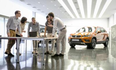 Το όνομα του νέου SUV της SEAT θα είναι Alboran, Aranda, Avila ή Tarraco / Από σήμερα και μέχρι τις 25η Σεπτεμβρίου, το κοινό θα μπορεί να ψηφίσει για το αγαπημένο του υποψήφιο όνομα / Το τελικό όνομα του νέου SUV θα αποκαλυφθεί πριν από τις 15 Οκτωβρίου / Νέο Arona, CUPRA R και Amazon Alexa: τα highlights της SEAT στο Σαλόνι Αυτοκινήτου της Φρανκφούρτης Alboran, Aranda, Avila ή Tarraco. Μία από αυτές τις τέσσερις ισπανικές τοποθεσίες θα είναι το τελικό όνομα του νέου SUV της SEAT, το οποίο θα λανσαριστεί το 2018. Ο Πρόεδρος της SEAT Luca de Meo έκανε την ανακοίνωση κατά τη διάρκεια της ομιλίας του στο Σαλόνι Αυτοκινήτου της Φρανκφούρτης, το οποίο άνοιξε τις πύλες του σήμερα στον Τύπο. Από σήμερα και μέχρι τις 25 Σεπτεμβρίου, όποιος επιθυμεί να ψηφίσει το υποψήφιο όνομα της προτίμησης του μπορεί να το κάνει μέσω των ιστοσελίδων seat.es/buscanombre ή seat.com/seekingname. Το όνομα που θα λάβει τον μεγαλύτερο αριθμό ψήφων θα είναι και το νικητήριο. Τα τέσσερα ονόματα προέκυψαν μέσω του δεύτερου σταδίου της πρωτοβουλίας για την ονοματοδοσία του νέου μεγάλο SUV του SEAT, το τρίτο μετά το Ateca και το Arona. Στα πλαίσια αυτά η μάρκα οργάνωσε διάφορες ομάδες εργασίας στις κύριες αγορές της, καθώς και δοκιμές στις χώρες όπου δραστηριοποιείται εμπορικά, προκειμένου να επιλέξει τα τέσσερα ονόματα φιναλίστ μεταξύ των εννέα προτεινόμενων. Αναφερόμενος στα τέσσερα υποψήφια ονόματα και στην εξαιρετική ανταπόκριση του κόσμου στη πρωτοβουλία της εταιρίας, ο Πρόεδρος της SEAT Luca de Meo επεσήμανε κατά την παρουσίασή του στο Σαλόνι Αυτοκινήτου της Φρανκφούρτης ότι «τα υποψήφια ονόματα Alboran, Aranda, Avila και Tarraco έχουν όλες τις απαραίτητες προϋποθέσεις για να γίνουν ένα ακόμα από τα εμβλήματα της SEAT. Το project σημείωσε σαφή επιτυχία και θα θέλαμε να ευχαριστήσουμε ξανά για τη συνεργασία τους περισσότερους από 133.000 φίλους μας σε 106 χώρες. Το μόνο που μένει τώρα είναι το τελικό στάδιο και έτσι ενθαρρύνουμε όλους να συμμετάσχουν στην τελική ψηφοφορία». Τα τέσσερα ονόματα 