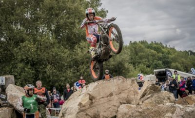 Παγκόσμιος Πρωταθλητής στο FIM TrialGP 2017 ο Toni Bou! Την περασμένη Κυριακή στην Τσεχία, ο αναβάτης της ομάδας Repsol Honda Toni Bou, πρόσθεσε ακόμη ένα παγκόσμιο πρωτάθλημα στο ράφι με τα έπαθλά του. Η δεύτερη θέση στον αγώνα της ημέρας ήταν αρκετή για να εξασφαλίσει ο Ισπανός αναβάτης τον παγκόσμιο τίτλο του TrialGP για το 2017. Με έντεκα πρωταθλήματα outdoor και ισάριθμα πρωταθλήματα indoor, ο Toni Bou είναι ο απόλυτος κυρίαρχος του αθλήματος για περισσότερο από μία δεκαετία. Ο αναβάτης της Repsol Honda απλά ξαναγράφει την ιστορία του trial. Την περασμένη Κυριακή στην πόλη Sokolov της Τσεχίας, ο Bou φόρεσε για άλλη μια φορά τη φανέλα του πρωταθλητή, μετά από ένα επίπονο αγώνα, στον οποίο αρκέστηκε στη δεύτερη θέση. Το αποτέλεσμα προκάλεσε έκρηξη χαράς στον αναβάτη μετά την πίεση της προηγούμενης εβδομάδας, μια και ο ίδιος δεν χρειαζόταν παρά μία τέταρτη θέση για να εξασφαλίσει τον τίτλο. O ομόσταυλος του Bou στην ομάδα της Repsol Honda, Jaime Busto, είχε ένα δραματικό αγώνα. Ο νεαρός Βάσκος προηγήθηκε στη βαθμολογία στο μεγαλύτερο μέρος του πρώτου γύρου. Στο τέλος, ο πολλά υποσχόμενος, 20χρονος αναβάτης κατέκτησε την τρίτη θέση, η οποία του χάρισε αντίστοιχα την τρίτη θέση στη βαθμολογία του πρωταθλήματος. Από την άλλη, ο τρίτος αναβάτης της Repsol Honda Takahisa Fujinami είχε πολύ καλή απόδοση, παρότι ήταν από τους πρώτους αναβάτες που μπήκαν στη διαδρομή του TrialGP εκείνο το υγρό πρωινό υπό βροχή. Ευτυχώς, η βροχή σταμάτησε κατά τη διάρκεια του αγώνα, όμως η καταιγίδα της προηγούμενης νύκτας χειροτέρεψε το τερέν καθιστώντας ακόμη πιο δύσκολη τη διεξαγωγή του δεύτερου γύρου του αγώνα. Ο Fujinami βελτίωσε την απόδοσή του και κατατάχθηκε πέμπτος τελικά, ενώ σε κάποια στιγμή φλέρταρε με την τρίτη θέση. Ο όγδοος και τελευταίος αγώνας της σεζόν για το Παγκόσμιο Πρωτάθλημα TrialGP θα διεξαχθεί το επόμενο Σαββατοκύριακο στο Arco di Trento της Ιταλίας. Toni Bou, Παγκόσμιος Πρωταθλητής 2017 για 22η φορά: «Σήμερα ήταν μία δύσκολη μέρα από την αρχή. Έδωσα μάχη για τη νί