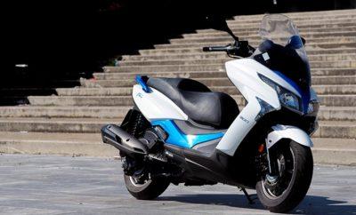Φθινοπωρινή προσφορά Κymco X-Town 300i ABS Η επιστροφή από τις διακοπές ξεκινάει με εκπλήξεις! Γιατί αν μέχρι σήμερα «ήσασταν υπό σκέψη»... μάλλον καλά κάνατε! Με τη φθινοπωρινή προσφορά της Kymco μπορεί και να σταματήσετε τις σκέψεις και να αποκτήσετε το νέο mega scooter X-Τown 300i ABS Euro4 μόνο με 3.995€ μετρητοίς. Πρόκειται για νέο μοντέλο της Kymco, σχεδιασμένο από την αρχή και μελετημένο στη λεπτομέρεια. Παντρεύοντας συστατικά από τα επιτυχημένα Downtown 300i και Xciting-R 300i, δίνει έμφαση στον πλήρη εξοπλισμό, στην πολυτέλεια και στο χαμηλό κόστος χρήσης. Το πλαίσιο προέρχεται από το Downtown και ο κινητήρας από το Xciting-R 300i, έχοντας δεχθεί όμως μια σειρά σημαντικών βελτιώσεων, καλύπτοντας πλέον και τις προδιαγραφές Euro4. Παράλληλα, έχει αυξηθεί τόσο η χωρητικότητά του (276cc από 270) όσο και η ιπποδύναμή του (24,5 hp από 23,8). Όσον αφορά σε εξοπλισμό και χρηστικά χαρακτηριστικά, το X-Town δεν θα αφήσει κανέναν παραπονεμένο. Ο αποθηκευτικός χώρος κάτω από τη σέλα, που φωτίζεται και ανοίγει από τον κεντρικό διακόπτη, μπορεί να χωρέσει δύο full face κράνη. Ο πίνακας οργάνων φέρει συνδυασμό ψηφιακών και αναλογικών ενδείξεων, παρέχοντας πλήρη πληροφόρηση αλλά και trip computer. Κεντρικός διακόπτης με μαγνητική αντικλεπτική προστασία, φώτα τεχνολογίας LED, ρυθμιζόμενες μανέτες φρένων, ντουλαπάκι ποδιάς και θύρα φόρτισης USB συμπληρώνουν τον υπερπλήρη εξοπλισμό του. Για τον ανεφοδιασμό βενζίνης δεν απαιτείται ανέβα - κατέβα του αναβάτη, καθώς η τάπα πλήρωσης είναι στο τούνελ, ανάμεσα στα πόδια του.