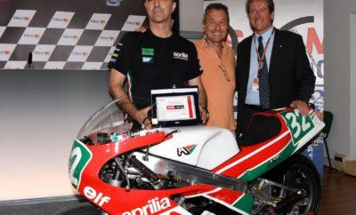 """To Σαββατοκύριακο του MotoGP στο Misano της Αδριατικής, συμπληρώθηκαν τριάντα χρόνια από την πρώτη νίκη της Aprilia στους αγώνες μοτοσυκλέτας του παγκόσμιου Grand Prix, στην κατηγορία 250 με τον Loris Reggiani στις 30 Αυγούστου 1987, ακριβώς σε αυτή την ιταλική πίστα. Ήταν μία νίκη που σηματοδότησε την έναρξη μιας νικηφόρου αγωνιστικής ιστορίας σε όλες τις κατηγορίες μοτοσυκλετών. Σήμερα, την τροπαιοθήκη του Αγωνιστικού Τμήματος κοσμούν 54 παγκόσμιοι τίτλοι από διάφορες διοργανώσεις, μεταξύ των οποίων 38 σε αγώνες μοτοσυκλετών Grand Prix με 294 νίκες σε GP. Ο εορτασμός αυτής της νίκης πλαισιώθηκε επίσης από την FMI - Ιταλική Ομοσπονδία Μοτοσυκλέτας, που με την ευκαιρία του MotoGP στο Misano, βράβευσε την Aprilia στη μνήμη αυτής της πρώτης νίκης σε παγκόσμιο πρωτάθλημα. Ένας φόρος τιμής σε μια νικηφόρα τεχνική και αγωνιστική ιστορία, που έχει εκπαιδεύσει εξαιρετικές γενιές αναβατών και τεχνικών. Giovanni Copioli, Πρόεδρος of FMI – Federazione Motociclistica Italiana """"Ως ομοσπονδία, είμαστε υπερήφανοι για τον εορτασμό αυτής της επετείου, της θριαμβευτικής πρώτης νίκη της Aprilia σε παγκόσμιο πρωτάθλημα, που κατακτήθηκε από ένα Ιταλό αναβάτη, τον Loris Reggiani, εδώ στο Misano. Σκοπός αυτής της αναγνώρισης είναι να αποδώσει φόρο τιμής σε έναν Ιταλό Κατασκευαστή, ο οποίος, με αφετηρία αυτή τη νίκη, έφερε αμέτρητες νίκες, κερδίζοντας ένα εντυπωσιακό αριθμό τίτλων και ανεβάζοντας ψηλά τον ιταλικό μοτοσυκλετισμό. Είμαι σίγουρος ότι η Aprilia σύντομα θα συνεχίσει αυτή τη νικηφόρο παράδοση, δεδομένης της προσπάθειας και της ανάπτυξής της στην κορυφαία κλάση."""" Romano Albesiano, Aprilia Racing Manager """"Ανατρέχοντας στην πρώτη νίκη της Aprilia σήμερα, ανακαλύπτουμε μία εξαιρετική ιταλική κληρονομιά επιτυχιών. Η φανταστική επίδοση του Loris Reggiani αποτέλεσε το πρώτο βήμα σε μια αλυσίδα με 294 νίκες και 38 τίτλους σε MotoGP, που συνοδεύονται από 7 τίτλους σε παγκόσμια πρωταθλήματα Superbike και επιτυχίες σε αγώνες off-road. Σήμερα η Aprilia Racing αντιπροσωπεύει την πιο τεχνολο"""