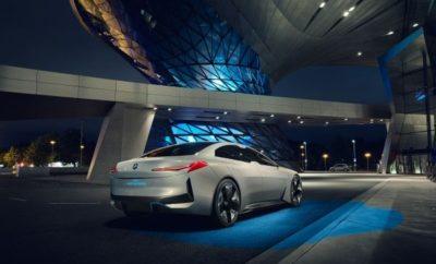 Μόλις ένα χρόνο μετά την παρουσίαση των φουτουριστικών πρωτοτύπων του NEXT 100, το BMW Group λανσάρει στη Φρανκφούρτη μία φιλοσοφία ηλεκτροκίνησης για το πολύ άμεσο μέλλον. Το BMW i Vision Dynamics είναι ένα τετράθυρο Gran Coupe, με αυτονομία 600 km, τελική ταχύτητα πάνω από 200 km/h και επιτάχυνση 0 – 100 km/h σε 4,0 δευτερόλεπτα. Παράλληλα, προσφέρει μία πρόγευση από μελλοντική εμπειρία ηλεκτροκίνησης με ένα νέο επίπεδο σπορ φινέτσας. «Στο BMW Group, το μέλλον της ηλεκτρικής μετακίνησης βρίσκεται ήδη εδώ», σχολιάζει ο Harald Krüger, Πρόεδρος Δ.Σ. της BMW AG. «Έχουμε περισσότερα ηλεκτρικά οχήματα στο δρόμο από οποιονδήποτε καθιερωμένο ανταγωνιστή και έχουμε δεσμευτεί να επεκτείνουμε τις δραστηριότητές μας στον τομέα της ηλεκτροκίνησης στο πλαίσιο της στρατηγικής μας NUMBER ONE > NEXT. Μέχρι το 2025, θα προσφέρουμε 25 μοντέλα με ηλεκτρικό σύστημα κίνησης, από τα οποία 12 θα είναι αμιγώς ηλεκτρικά. Το BMW i Vision Dynamics είναι η πρότασή μας για ένα μελλοντικό, ηλεκτρικό όχημα, σε μία κατηγορία μεταξύ BMW i3 και BMW i8: ένα δυναμικό και προηγμένο τετράθυρο Gran Coupe. Επομένως φέρνουμε την ηλεκτροκίνηση στην καρδιά της μάρκας BMW και ταυτόχρονα, προάγουμε τη BMW i σε εντελώς νέα διάσταση». Η BMW i 'οδηγεί την κούρσα' της καινοτομίας. Το όνομα BMW i είναι συνώνυμο των οχημάτων του μέλλοντος και μιας νέας ερμηνείας της premium μετακίνησης επικεντρωμένης στη βιωσιμότητα. «Η BMW i είναι ο οδηγός της καινοτομίας για το BMW Group», εξηγεί ο Klaus Fröhlich, Μέλος Δ.Σ. της BMW AG, στον τομέα της Εξέλιξης. «Εδώ, οραματικές λύσεις και μεγαλόπνοες ιδέες για το μέλλον αποκτούν υπόσταση για πρώτη φορά. Παράλληλα, η BMW i λειτουργεί σαν αιχμή του δόρατος της καινοτομίας και για άλλες μάρκες. Με το BMW i Vision Dynamics σας αποκαλύπτουμε τώρα πώς φανταζόμαστε ένα ακόμα ηλεκτρικό μοντέλο BMW. Και η BMW έχει αποδείξει το ταλέντο της να μετατρέπει τα οράματα σε πραγματικότητα, σε όλη τη διάρκεια της ιστορίας της». Η εμπνευσμένη σχεδίαση των μοντέλων BMW i είναι ιδιαίτερα αποτελεσματι