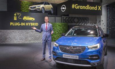 Αποδοτικό σύστημα κίνησης: Το Grandland X θα γίνει το πρώτο plug-in υβριδικό Opel Συνέντευξη Τύπου με το αφεντικό της Opel, Michael Lohscheller και τον CEO του Groupe PSA, Carlos Tavares Ο CEO της Opel, Michael Lohscheller, εγκαινίασε σήμερα με Συνέντευξη Τύπου το περίπτερο της Opel στο 67ο Διεθνές Σαλόνι Αυτοκινήτου της Φρανκφούρτης (ανοιχτό καθημερινά έως 24 Σεπτεμβρίου). Παρουσία 300 εκπροσώπων του Τύπου και του CEO του Groupe PSA, Carlos Tavares, ο CEO της Opel παρουσίασε τρεις παγκόσμιες πρεμιέρες. Η μάρκα προτίθεται να ταράξει τα νερά της ανερχόμενης κατηγορίας SUV με το συμπαγές Grandland X. Ο Lohscheller ανακοίνωσε επίσης, ότι το νέο μοντέλο θα διατίθεται σύντομα με νέο κορυφαίο κινητήρα diesel και οκτατάχυτο, αυτόματο κιβώτιο. Επιπλέον, το Grandland X θα είναι το πρώτο Opel που θα προσφέρεται σε plug-in υβριδική έκδοση. «Το νέο μας Grandland X σε plug-in υβριδική έκδοση είναι το επόμενο τρανταχτό παράδειγμα των ευκαιριών που μας περιμένουν με την ένταξή μας στον όμιλο PSA» δήλωσε ο Lohscheller στη συνέντευξη τύπου. «Θα ακολουθήσουμε προσεκτικά αυτό το δρόμο.» Το επίκεντρο της προσοχής βρέθηκαν και τα μοντέλα Opel Insignia. Το δυναμικό GSi συνεχίζει τη μακρά παράδοση της Opel στις 'σπορ λιμουζίνες' με αυτό το κάτι διαφορετικό, ενώ το τετρακίνητο Country Tourer είναι η ιδανική επιλογή για τους λάτρεις της περιπέτειας. «Συνεχίσουμε τη μεγαλύτερη προϊοντική επέλαση στην ιστορία της Opel με αυτές τις τρεις παγκόσμιες πρεμιέρες. Έχουμε κάνει αποφασιστικές προσθήκες στη γκάμα μας φέτος με τον πρωταθλητή ηλεκτρικής αυτονομίας Ampera-e, το Crossland X crossover, το όχημα ελεύθερου χρόνου Vivaro Life και το Grandland X SUV» εξήγησε ο Lohscheller στη Φρανκφούρτη. «Εμείς στην Opel είμαστε περήφανοι που ανήκουμε τώρα στο PSA Groupe. Μαζί, θα δημιουργήσουμε έναν Ευρωπαίο πρωταθλητή. Και όλα αυτά, συνεχίζοντας παράλληλα να κάνουμε τη Γερμανική τεχνολογία προσιτή σε όσο το δυνατόν περισσότερους πελάτες, πιστοί στο δόγμα της μάρκας μας, 'το μέλλον ανήκει σε όλους'.» Μπορείτ