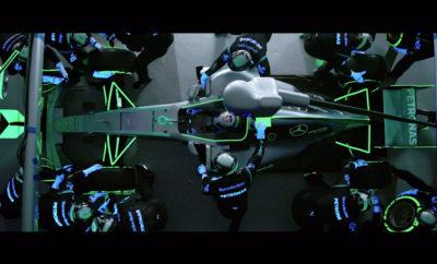 Η Epson «φρεσκάρει» την εμφάνιση του pit stop της Formula 1™ Η Epson, έστρεψε το βλέμμα της στο θρυλικό νυχτερινό Grand Prix της Σιγκαπούρης, χαρίζοντας μια «φρέσκια» και συναρπαστική εμφάνιση στο αυτοκίνητο και το pit stop της Formula 1™. Το φιλόδοξο σχέδιο δημιουργίας του πρώτου pit stop στον κόσμο που κατά κοινή πεποίθηση «λάμπει» στο σκοτάδι, συνδυάζει τα κορυφαία στην αγορά προϊόντα της Epson με την αποδεδειγμένα καλύτερη εταιρεία κατασκευαστών αυτοκινήτων Formula One™ στον κόσμο, την Mercedes-AMG Petronas Motorsport, στην ομάδα της οποίας ανήκει ο παγκόσμιος πρωταθλητής και οδηγός Lewis Hamilton. Η Epson ξεκίνησε μεταμορφώνοντας το αγωνιστικό αυτοκίνητο της Mercedes-AMG Petronas, αναδεικνύοντάς το σε έργο τέχνης που «λάμπει» στο σκοτάδι. Ο εκτυπωτής της σειράς της Epson SureColor SC-S έδωσε τη δυνατότητα στη σχεδιαστική ομάδα της Mercedes-AMG Petronas Motorsport να μεταμορφώσει εξ ολοκλήρου το αυτοκίνητο που κέρδισε το Παγκόσμιο Πρωτάθλημα του 2016, μέσω της εκτύπωσης ενός φαντασμαγορικού υλικού που τυλίχτηκε γύρω από το αυτοκίνητο, προσθέτοντας στοιχεία που λάμπουν στο σκοτάδι στο θρυλικό σήμα της μάρκας. Στη συνέχεια, τα φώτα έσβησαν και το συνεργείο δημιούργησε το πρώτο pit stop στον κόσμο που «λάμπει» στο σκοτάδι. Με το αγωνιστικό όχημα να φέρει επάνω του διακοσμητικά στοιχεία και εξοπλισμό που «λάμπει» στο σκοτάδι, η ομάδα πραγματοποίησε πολλές αλλαγές ελαστικών αστραπιαία. Το εφέ ενισχύθηκε από τη ναυαρχίδα της Epson, τον EB-L25000U, τον πρώτο στον κόσμο και φωτεινότερο βιντεοπροβολέα laser 3LCD με 25.000 lumen και τεχνολογία ενίσχυσης 4K, που έχει σχεδιαστεί για δυναμική και υψηλής απόδοσης παραγωγή. Η ιδέα αυτή σχεδιάστηκε για να ενθαρρύνει τους λάτρεις της Formula 1 να δουν τα pit stop με μια εντελώς νέα ματιά, ενώ παράλληλα ανέδειξε την παγκόσμια ηγετική θέση στην τεχνολογία, τόσο της Epson όσο και της Mercedes-AMG Petronas Motorsport, με έναν τρόπο μοναδικό. Σύμφωνα με το αγωνιστικό ημερολόγιο του 2017, το πρωτάθλημα «ταξίδεψε» στη Σιγκαπούρη, όπου 