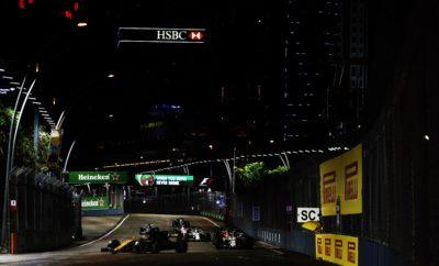 """Έβρεξε για πρώτη φορά στην ιστορία του Grand Prix της Σιγκαπούρης. Οι έξι πρώτοι εκκίνησαν με ενδιάμεσα ελαστικά ενώ πιο πίσω στη σειρά εκκίνησης άλλοι χρησιμοποίησαν βρόχινα και άλλοι ενδιάμεσα ελαστικά. Το αυτοκίνητο ασφαλείας εμφανίστηκε δυο φορές στο πρώτο μέρος του αγώνα και ενόσω το οδόστρωμα ήταν ακόμη βρεγμένο. Αυτό το εκμεταλλεύτηκαν κάποιοι οδηγοί ώστε ν' αλλάξουν από βρόχινα σε ενδιάμεσα ελαστικά. Ο Daniel Ricciardo που φορούσε ενδιάμεσα ελαστικά έβαλε ένα καινούργιο σετ ενδιάμεσων ελαστικών. Ο οδηγός της Red Bull τερμάτισε 2ος στο grand prix πίσω από τη Mercedes του νικητή, Lewis Hamilton. Η πίστα στέγνωσε μετά την αποχώρηση του αυτοκινήτου ασφαλείας, τότε βρήκε ρυθμό ο αγώνα. Οι πρώτοι οδηγοί που έβαλαν σλικ ελαστικά ήταν ο Kevin Magnussen με τη Haas και ο Felipe Massa με τη Williams στον 24ο γύρο. Όταν αυτοί κινήθηκαν ταχύτερα όλοι οι πρωτοπόροι έβαλαν σλικ ελαστικά. Οι περισσότεροι επέλεξαν την πάρα πολύ μαλακή γόμα. Ο οδηγός της Toro Rosso, Carlos Sainz έβαλε την πολύ μαλακή γόμα και πέτυχε το καλύτερο αποτέλεσμα της καριέρας του στη F1, τερματίζοντας 4ος. Οι Jolyon Palmer (Renault) και Stoffel Vandoorne (McLaren) πέτυχαν επίσης προσωπικά ρεκόρ στον τερματισμό. Ο Hamilton πέτυχε νέο ρεκόρ γύρου με την πάρα πολύ μαλακή γόμα με 1:45.008. Επίδοση ταχύτερη κατά δυο δευτερόλεπτα από το προηγούμενο ρεκόρ που είχε επιτευχθεί πέρυσι. MARIO ISOLA – ΕΠΙΚΕΦΑΛΗΣ ΑΓΩΝΩΝ ΑΥΤΟΚΙΝΗΤΟΥ """"Η εκκίνηση του αγώνα ήταν ένα βήμα στο άγνωστο για όλους καθώς στις δοκιμές δεν είχε βρέξει καθόλου. Η αβεβαιότητα όσον αφορά στην επιλογή της σωστής στρατηγικής μεγάλωσε με την εμφάνιση, αμέσως μετά την εκκίνηση, του πρώτου από τα τρία αυτοκίνητα ασφαλείας. Πλέον η στρατηγική ήταν περισσότερο θέμα αντίδρασης στις μεταβαλλόμενες συνθήκες στην πίστα. Τα ενδιάμεσα ελαστικά ήταν γενικώς η καλύτερη επιλογή στο πρώτο μέρος του αγώνα μολονότι τα βρόχινα απέδιδαν δυνατά σε μια πίστα που στέγνωνε αργά. Όταν στέγνωσε η επιφάνεια, το κράτημα βελτιώθηκε γρήγορα. Όλοι οι οδηγοί εκτός από τον Carl"""