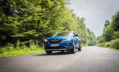 Δυναμικό συμπαγές SUV για μία αναπτυσσόμενη κατηγορία της αγοράς Σπορ στυλ με μοντέρνες αναλογίες και άφθονους χώρους IntelliGrip για μέγιστη πρόσφυση σε όλες τις επιφάνειες Υπερσύγχρονα συστήματα υποστήριξης για μεγαλύτερη ασφάλεια και άνεση Ισχυροί και αποδοτικοί κινητήρες εξασφαλίζουν ζωηρή οδηγική απόλαυση SUV Κορυφαίες τεχνολογίες, υψηλό επίπεδο άνεσης Το τρίτο μοντέλο Opel X μετά τα Mokka X και Crossland X Μοντέρνες, δυναμικές γραμμές, γοητευτική off-road εμφάνιση και υπερυψωμένη θέση καθισμάτων με άριστη σφαιρική ορατότητα σε συνδυασμό με ποικίλες κορυφαίες τεχνολογίες, άφθονους χώρους και άνεση για μέχρι πέντε φίλους της περιπέτειας – αυτός είναι ο ορισμός του νέου Opel Grandland X. Το νέο μοντέλο είναι ένας πραγματικός διεκδικητής στην αναπτυσσόμενη κατηγορία SUV. Μόνο στην κατηγορία των συμπαγών, το μερίδιο των SUV έχει αυξηθεί από 7% το 2010, σε σχεδόν 20%, σήμερα. Ιδανικά εξοπλισμένο, το νέο Grandland X έρχεται στην αγορά ως το τρίτο μέλος της οικογένειας Opel X. Πλαισιώνει το Opel Crossland X και το bestseller Opel Mokka X, που είναι κατά 20 cm περίπου μικρότερα σε μήκος. Ταυτόχρονα, το Grandland X επεκτείνει την πλούσια γκάμα της Opel σε αυτή την πολύ δημοφιλή κατηγορία. Ο πλούσιος βασικός εξοπλισμός περιλαμβάνει μεταξύ άλλων: Φώτα ημέρας LED, πίσω φώτα LED, Σύστημα Αναγνώρισης Παρέκκλισης από τη Λωρίδα Κυκλοφορίας (Lane Departure Warning) βασισμένο σε κάμερα, Σύστημα Αναγνώρισης Οδικής Σήμανσης (Road Sign Recognition), έξυπνο σύστημα προσαρμογής ταχύτητας Cruise Control, Σύστημα υποβοήθησης εκκίνησης σε ανηφόρα (Hill Start Assist), Radio R4.0 με δυνατότητα τηλεφώνου Bluetooth hands-free, σύστημα κλιματισμού (A/C) με φίλτρο σωματιδίων και οσμών, καθίσματα comfort με ποικίλες δυνατότητες ρύθμισης και διαιρούμενο 40:60 / αναδιπλούμενο πίσω κάθισμα. Το σύστημα Opel OnStar προσφέρεται στάνταρ από την έκδοση Edition. Η μοντέρνα, δυναμική σχεδίαση του νέου συμπαγούς SUV της Opel το κάνει πραγματικά εντυπωσιακό – πόσο μάλλον με την προαιρετική διχρωμία, με αν