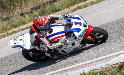 Δεύτερος συνεχόμενος τίτλος για τον Μιχάλη Κουτσουμπό με Honda CBR600RR στην κατηγορία SuperSport O Μιχάλης Κουτσουμπός (Νο1) οδηγώντας μία Honda CBR600RR, συμμετοχή της εταιρείας Αδελφοί Σαρακάκη Α.Ε.Β.Μ.Ε.- Επίσημος Εισαγωγές-Διανομέας της Honda moto στην Ελλάδα κατέκτησε για δεύτερη συνεχή χρονιά τον τίτλο του πρωταθλητή της κατηγορίας Supersport. O τίτλος της κατηγορίας με το μεγαλύτερο αριθμό συμμετοχών κρίθηκε στους δύο τελευταίους αγώνες που πραγματοποιήθηκαν στα Μέγαρα το Σαββατοκύριακο 14 και 14 Οκτωβρίου 2017. Στον αγώνα του Σαββάτου 14 Οκτωβρίου ο Μιχάλης Κουτσουμπός κέρδισε την πρώτη θέση προσπερνώντας στον τελευταίο γύρο και στην τελευταία στροφή της πίστας το Δημήτρη Καρακώστα (No7), ο οποίος συμμετέχει και αυτός στο πρωτάθλημα με Honda CBR600RR με την υποστήριξη της εταιρείας Αδελφοί Σαρακάκη Α.Ε.Β.Μ.Ε. Στον αγώνα της Κυριακής ο Μιχάλης Κουτσουμπός ξεκίνησε όπως και στον αγώνα του Σαββάτου από την πρώτη θέση της γραμμής εκκίνησης έχοντας κάνει τον καλύτερο χρόνο στα χρονομετρημένα δοκιμαστικά της Παρασκευής. Στη συνέχεια ακολουθώντας ένας αγώνα στρατηγικής μετά την πτώση του Δημήτρη Καρακώστα ο οποίος βρισκόταν στην πρώτη θέση μέχρι και το 17ο γύρο, ο Μιχάλης Κουτσουμπός τερμάτισε στη δεύτερη θέση πίσω από Θεοφάνη Μίχα με Triumph 675. To αποτέλεσμα αυτό του χάρισε το δεύτερο συνεχή τίτλο στην κατηγορία SuperSport με διαφορά τριών βαθμών από το δεύτερο Δημήτρη Καρακώστα με CBR600RR. Με το φετινό του τίτλο ο Μιχάλης Κουτσουμπός έχει κερδίσει συνολικά 3 Πρωταθλήματα Ταχύτητος στην κατηγορία SuperSport με μοτοσυκλέτα Honda CBR600RR και άλλα τέσσερα πρωταθλήματα στην κατηγορία SuperMoto οδηγώντας Honda CRF450R. Ο Μιχάλης Κουτσουμπός στον τερματισμό δήλωσε: «για δεύτερη συνεχή χρονιά κέρδισα το τίτλο του πρωταθλητή σε μία πολύ δύσκολη κατηγορία με υψηλό ανταγωνισμό. Η μοτοσυκλέτα μου δούλεψε απροβλημάτιστα στοιχείο που οφείλεται στην άριστη προετοιμασία της από τους μηχανικούς της ομάδας μου με team manager τον Γ. Κουτσουμπό. Η σωστή προετοιμασία, η καλή πρ
