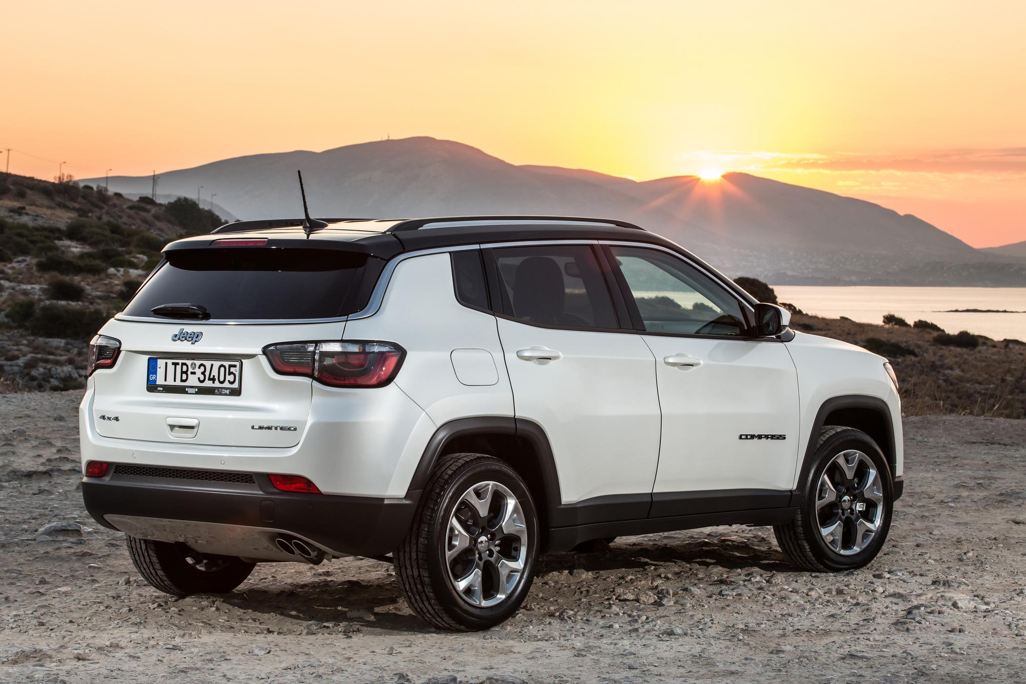 Το ολοκαίνουργιο Jeep® Compass προσφέρει έναν απαράμιλλο συνδυασμό ικανοτήτων. Η θρυλική και καλύτερη στην κατηγορία του ικανότητα 4Χ4, ο αυθεντικός αλλά και σύγχρονος σχεδιασμός της Jeep, η εξαιρετική συμπεριφορά εντός δρόμου και η αίσθηση ελευθερίας που προσφέρει στους επιβαίνοντες, συνδυάζονται με μία πληθώρα συστημάτων για την ασφάλεια και την διασκέδαση σε αρμονική συνεργασία. Το νέο μοντέλο, αντιπροσωπεύει μία προσθήκη-κλειδί στην γκάμα της Jeep και επιτρέπει στη μάρκα να ενδυναμώσει τη θέση της στην κατηγορία των Compact SUV, μία κατηγορία που είναι ιδιαίτερα σημαντική και αναμένεται να αυξηθεί κατά 20% παγκοσμίως μέχρι το 2020, φτάνοντας τις 7.5 εκατομμύρια μονάδες. Για την Ευρωπαϊκή αγορά, η κατηγορία των Compact SUV, που σήμερα αριθμεί 1.6 εκατ. μονάδες, αναμένεται να φτάσει τις 2 εκατ. μονάδες μέχρι το 2020. Για να μπορέσει να ικανοποιήσει όλες τις διαφορετικές ανάγκες των πελατών, το νέο Jeep Compass θα πωλείται με δύο πετρελαιοκινητήρες και ένα βενζινοκινητήρα προκειμένου να προσφέρει 8 διαφορετικούς συνδυασμούς κινητήρων και μετάδοσης σε 4 εκδόσεις: Sport, Longitude, Limited και την Trailhawk που αποτελεί την ικανότερη πρόταση εκτός δρόμου. Με την παρουσίαση του ολοκαίνουργιου Compass, η Jeep ολοκληρώνει την προϊοντική της επέκταση στην Ευρώπη, προσφέροντας λύσεις σε κάθε ένα κομμάτι της κατηγορίας SUV. Το νέο μοντέλο αποτελεί μία συναρπαστική πρόταση για τους Ευρωπαίους πελάτες, συνδυάζοντας τις θρυλικές ικανότητες εκτός δρόμου κίνησης με ένα όχημα που παράλληλα προσφέρει ασφαλή, διασκεδαστική και άνετη καθημερινή εμπειρία μετακίνησης. Το Jeep Compass θα είναι διαθέσιμο στις εκθέσεις Jeep των μεγαλύτερων ευρωπαϊκών αγορών τον Ιούλιο. Ιδιαίτερος, σύγχρονος και αυθεντικός Jeep σχεδιασμός, - Premium χαρακτηριστικά - Αίσθηση ελευθερίας Το ολοκαίνουργιο Jeep Compass χαρακτηρίζεται από την ξεχωριστή αισθητική της σχεδίασής του, με φαρδύ και στιβαρό πάτημα και ιδανική αναλογία γυάλινων επιφανειών. Είναι άμεσα αναγνωρίσιμο ως Jeep, χάρη στα παραδοσιακά σχεδια