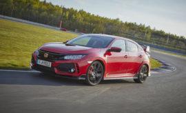"""Το Honda Civic Type R κέρδισε το βραβείο sport auto 2017 Οι αναγνώστες του Γερμανικού περιοδικού """"sport auto"""" ψήφισαν το Civic Type R της Honda ως το 'Καλύτερο Εισαγόμενο Μικρομεσαίο Σπορ Αυτοκίνητο' στη φετινή έκδοση του θεσμού. Πάνω από 13.000 αναγνώστες ανέδειξαν το Civic Type R ως το καλύτερο στην κατηγορία του κατά τη διάρκεια της ψηφοφορίας. Φρέσκο ακόμα από το ρεκόρ γύρου για προσθιοκίνητα οχήματα που πέτυχε στο θρυλικό Nürburgring Nordschleife τον Απρίλιο, το 'αγωνιστικό αυτοκίνητο με έγκριση για το δρόμο' της Honda απέκρουσε τον ανταγωνισμό μοντέλων όπως τα Seat Leon SC Cupra 300, Renault Megane GT TCe 205 και Kia Pro Cee'd GT. Είναι η δεύτερη φορά που η Honda γεύεται την επιτυχία στο διαγωνισμό """"sport auto"""", καθώς η προηγούμενη γενιά 2015 Civic Type είχε κατακτήσει τον ίδιο τίτλο 'Best Import Compact Sports Car'. Το νέο Civic Type R επιταχύνει από 0 στα 100 km/h σε 5,7 δεύτερα έχοντας ένα βελτιστοποιημένο κινητήρα 2.0 VTEC TURBO που φέρνει 320 ίππους στο δρόμο. Η τελική ταχύτητα έχει αυξηθεί στα 272 km/h με την πίσω ανάρτηση πολλαπλών συνδέσμων και το βελτιστοποιημένο πακέτο αεροδυναμικής να παρέχουν εξαιρετική ευστάθεια στις υψηλές ταχύτητες. Το Honda SENSING είναι στάνταρ στη οικογένεια Civic και θεωρείται ένα από τα πιο ολοκληρωμένα πακέτα ασφαλείας στην κατηγορία του, με συστήματα όπως Collision Mitigation Braking System, Lane Keeping Assist και intelligent Adaptive Cruise Control."""