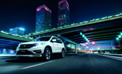 To Honda CR-V με όφελος μέχρι 5.000€ To Honda CR-V, το Νο1 SUV σε πωλήσεις παγκοσμίως είναι τώρα διαθέσιμο μέσα από το Δίκτυο των Επισήμων Εμπόρων Honda, της εταιρείας Αδελφοί Σαρακάκη Α.Ε.Β.Μ.Ε. Επίσημος Εισαγωγέας-Διανονμέας της Honda στην Ελλάδα, στην πιο συμφέρουσα τιμή από 27.750€, με όφελος για τον πελάτη που φτάνει μέχρι και τις 5.000€. Πιο συγκεκριμένα η τιμή της έκδοσης CRV Comfort 2WD τώρα είναι 27.750€ Το μέγιστο όφελος των 5.000€ για τον πελάτη είναι ένας συνδυασμός έκπτωσης 3.000€ για την έκδοση CR-V 4WD MT και της χρήσης του προγράμματος «Όλα είναι Δυνατά». Σύμφωνα με το πρόγραμμα «Όλα είναι Δυνατά» οι υποψήφιοι πελάτες Honda μπορούν τώρα να αποκτήσουν το μοντέλο Honda που επιθυμούν εκμεταλλευόμενοι τα παρακάτω οφέλη: • 5 χρόνια δωρεάν service (μόνο τα ανταλλακτικά), όπου καλύπτεται η περιοδική συντήρηση των μοντέλων Honda όπως αυτή εμφανίζεται μέσω του service reminder system του αυτοκινήτου και περιγράφεται στο βιβλίο συντήρησης και εγγύησης • 5 χρόνια εγγύηση ή 150.000 χλμ. • 5 χρόνια δωρεάν Οδική Βοήθεια Honda Assist σε συνεργασία με την S.B.A.I. Mondial Assistance • Συνέχιση του πολύ ανταγωνιστικού χρηματοδοτικού προγράμματος από την Alpha Bank με ετήσιο ονομαστικό επιτόκιο 5,9% (πλέον εισφοράς 0,6%). • Παράλληλα η εταιρεία Αδελφοί Σαρακάκη Α.Ε.Β.Μ.Ε. συνεχίζει το πρόγραμμα Honda Family, με το οποίο, όποιος έχει στην κατοχή του αυτοκίνητο Honda, εξασφαλίζει δωρεάν ασφάλεια για ένα χρόνο στον ίδιο καθώς και σε όποιον από την οικογένειά του θέλει να αγοράσει νέο Honda αυτοκίνητο.