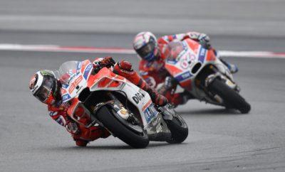 Η Ducati κάνει το 1-2 στη Μαλαισία Ο Αντρέα Ντοβιτσιόζο κερδίζει το Grand Prix της Μαλαισίας μπροστά από τον ομόσταυλο Χόρχε Λορένθο και διατηρεί τις ελπίδες του για τον τίτλο Αντρέα Ντοβιτσιόζο και Χόρχε Λορένθο, οι δύο αναβάτες της Ducati, έκαναν έναν εκπληκτικό αγώνα στο βρεγμένο Sepang International Circuit της Μαλαισίας, με τον Ιταλό να κατακτά τη νίκη στο Shell Malaysia Grand Prix ενώ ο Ισπανός τερμάτισε στη δεύτερη θέση. Με αυτή του τη νίκη, έκτη τη φετινή σεζόν, ο Λορέντσο κράτησε ζωντανές τις ελπίδες του για τον τίτλο, που θα κριθεί στον τελευταίο αγώνα της χρονιάς, στη Βαλένθια, 10-12 Νοεμβρίου. Ο Ντοβιτσιόζο, αν και εκκίνησε από την τρίτη θέση στην τρίτη σειρά και μάλιστα όχι πολύ καλά, είχε μια μονομαχία στον πρώτο γύρο με τον Πεντρόσα. Στη συνέχεια, στον πέμπτο γύρο έπιασε και πέρασε τον Μαρκέθ, πριν βρεθεί πίσω από τους πρωτοπόρους Ζάρκο και Λορένθο. Στον ένατο γύρο οι δύο αναβάτες της Ducati πέρασαν το Γάλλο, ενώ ο «Ντόβι» πέρασε τον team-mate του πέντε γύρους πριν τον τέλος, φτάνοντας σχετικά άνετα στον τερματισμό, κατακτώντας την καρό σημαία. Το αποτέλεσμα της Κυριακής έφερε την Ducati στη δεύτερη θέση στο πρωτάθλημα κατασκευαστών με 303 βαθμούς. Επόμενος και τελευταίος αγώνας της σεζόν για το MotoGP, που θα κρίνει και τον πρωταθλητή, σε λιγότερο από δύο εβδομάδες στο Ricardo Tormo Circuit της Βαλένθια, στην Ισπανία.