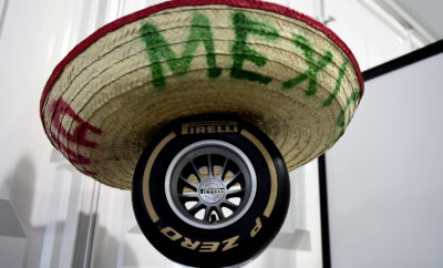 """Όπως στο Grand Prix των ΗΠΑ που διεξήχθη το προηγούμενο Σαββατοκύριακο έτσι και στο Μεξικό τα ελαστικά που θα χρησιμοποιηθούν είναι: P Zero Yellow soft (κίτρινη/ μαλακή γόμα), P Zero Red supersoft (κόκκινη/ πολύ μαλακή γόμα) και P Zero Purple ultrasoft (μωβ/ πάρα πολύ μαλακή γόμα). Η πάρα πολύ μαλακή γόμα επιστρέφει στο μωβ χρώμα μετά το ροζ που χρησιμοποιήθηκε ειδικά στο Ώστιν. Το Autódromo Hermanos Rodríguez, πήρε το όνομά του, από τους αδερφούς Rodriquez διάσημους οδηγούς αγώνων. Πρόκειται για μια από τις ταχύτερες πίστες της σεζόν. Είναι η πρώτη φορά που θα χρησιμοποιηθεί η πάρα πολύ μαλακή γόμα. Η εμφάνιση για πρώτη φορά της πάρα πολύ μαλακής γόμας σε μια πίστα, έχει συμβεί μερικές φορές φέτος μέσα στη σεζόν. Δεδομένου ότι ο αγώνας επέστρεψε στο ημερολόγιο πριν δυο χρόνια, περιμένουμε να δούμε το ρεκόρ πίστας να σπάει αυτό το Σαββατοκύριακο. ΟΙ ΤΡΕΙΣ ΕΠΙΛΕΓΜΕΝΕΣ ΓΟΜΕΣ Η ΠΙΣΤΑ ΥΠΟ ΤΟ ΠΡΙΣΜΑ ΤΩΝ ΕΛΑΣΤΙΚΩΝ • Η επιφάνεια είναι λεία και γλιστερή αυτό μειώνει την φθορά των ελαστικών και την πτώση στην απόδοση λόγω θερμικής καταπόνησης παρά την υψηλή τελική ταχύτητα (372km/h το 2016). • Ο καιρός είναι πάντα ένα ερωτηματικό στην πόλη του Μεξικό αυτή την εποχή: Τα πάντα μπορεί να συμβούν. • Εκτός από τις γρήγορες στροφές υπάρχει επίσης και ένα αργό τεχνικό κομμάτι, αυτό του Σταδίου: Μια ενδιαφέρουσα μίξη παλιού και νέου. • Οι περισσότεροι οδηγοί έκαναν μια αλλαγή ελαστικών πέρυσι, του νικητή Lewis Hamilton, συμπεριλαμβανομένου. • Η είσοδος/έξοδος από τα πιτ είναι η πιο μεγάλη σε απόσταση που απαντάται μέσα στη χρονιά. Αυτό αυξάνει το χρόνο που διαρκεί ένα πιτ στοπ και επηρεάζει τη στρατηγική. MARIO ISOLA – ΕΠΙΚΕΦΑΛΗΣ ΑΓΩΝΩΝ ΑΥΤΟΚΙΝΗΤΟΥ """"Διατηρήσαμε και στο Μεξικό την αρχή μας να φέρουμε πιο μαλακές γόμες απ' ότι πέρυσι. Αυτό γίνεται με στόχο καλύτερη απόδοση και πιο συναρπαστικούς αγώνες. Είναι η δεύτερη συνεχή χρονιά που φέρνουμε νέο ελαστικό στο Μεξικό πέρυσι ήταν η πρώτη φορά που φέραμε την πολύ μαλακή γόμα. Έχουν γίνει μόνο δυο αγώνες με την νέα μορφή της πίστας οπό"""