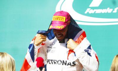 """Ο οδηγός της Mercedes, Lewis Hamilton κέρδισε στο Grand Prix των ΗΠΑ ακολουθώντας στρατηγική μιας αλλαγής. Ο οδηγός της Ferrari, Sebastian Vettel ακολούθησε στρατηγική δυο αλλαγών και παρέμεινε ζωντανός στη μάχη του τίτλου τερματίζοντας 2ος. Η θερμοκρασία οδοστρώματος έφτασε τους 40 βαθμούς Κελσίου έτσι η θερμική καταπόνηση ήταν μεγαλύτερη σε σχέση με τις προηγούμενες μέρες. Οι περισσότεροι οδηγοί ακολούθησαν στρατηγική μιας αλλαγής ultrasoft-soft (πάρα πολύ μαλακή/μαλακή γόμα). Εν τούτοις κάποιοι οδηγοί ακολούθησαν εναλλακτικές στρατηγικές όπως οι Vettel, Verstappen. Ο Ολλανδός εκκίνησε από την 16η θέση με την πολύ μαλακή γόμα και έβαλε τη μαλακή και μετά πάλι την πολύ μαλακή γόμα. Βρέθηκε στιγμιαία 3ος στον τελευταίο γύρο αλλά δεν ανέβηκε στο βάθρο λόγω ποινής. MARIO ISOLA – ΕΠΙΚΕΦΑΛΗΣ ΑΓΩΝΩΝ ΑΥΤΟΚΙΝΗΤΟΥ """"Είχαμε ήπιες θερμοκρασίες οδοστρώματος και αέρα κατά τη διάρκεια του αγώνα. Οι οδηγοί έπρεπε εκ νέου να το αξιολογήσουν αυτό, καθότι πριν είχαμε ασταθείς συνθήκες. Έτσι μπήκε στο κάδρο η στρατηγική της μιας αλλαγής με χρήση της μαλακής γόμας παρότι αυτή δεν είχε δοκιμαστεί εκτενώς στα ελεύθερα. Η στρατηγική ήταν καθοριστικής σημασίας σ' αυτό τον αγώνα. Οι ομάδες ήταν υποχρεωμένες να αντιδράσουν στις μεταβαλλόμενες συνθήκες και να διαβάσουν τη στρατηγική των αντιπάλων τους ώστε να προσαρμόσουν αντίστοιχα τη δική τους. Χαρακτηριστικό παράδειγμα οι επιλογές των Max Verstappen και Sebastian Vettel, αμφότεροι ήταν πολύ γρήγοροι στο τελευταίο μέρος του αγώνα. Αυτό συνέβη μετά από μια έκτακτη απόφαση για το τελευταίο τους πιτ στοπ. Κλείνοντας όλοι εμείς θέλουμε να συγχαρούμε τη Mercedes που ακόμη μια φορά πήρε τον τίτλο στους κατασκευαστές"""". ΚΑΛΥΤΕΡΟΙ ΧΡΟΝΟΙ ΑΝΑ ΓΟΜΑ Verstappen 1m 38.523s Vettel 1m 37.766s Bottas 1m 37.767s Hamilton 1m 38.776s Verstappen 1m 38.060s Magnussen 1m 37.893s Raikkonen 1m 38.809s Hartley 1m 39.979s Stroll 1m 39.666s ΜΕΓΑΛΥΤΕΡΗ ΑΠΟΣΤΑΣΗ ΑΝΑ ΑΓΩΝΑ ΓΟΜΑ ΟΔΗΓΟΣ ΓΥΡΟΙ SOFT Magnussen 48 SUPERSOFT Massa 29 ULTRASOFT Vandoorne 30 ΜΕΤΡΗΤΗΣ ΑΛΗΘΕΙΑΣ Μολ"""