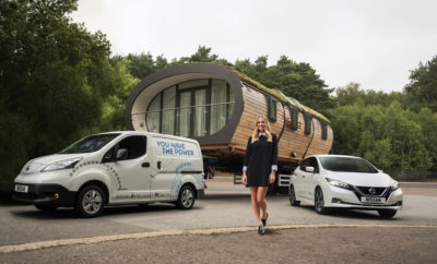 """Η Margot Robbie ηγείται των νέων πιλοτικών προγραμμάτων αειφορίας της Nissan. Στο Nissan Futures 3.0, η πρωταγωνίστρια του Wolf of Wall Street, μιλάει για τα κοινωφελή ενεργειακά έργα. Από τις επίπεδες οθόνες έως τα smartphones, και από τις λύσεις αποθήκευσης ενέργειας για οικιακή χρήση έως τα έξυπνα αυτοκίνητα, ο κόσμος χρειάζεται τον ηλεκτρισμό. Παρόλα αυτά, περίπου 1,3 δισεκατομμύρια άνθρωποι ζουν χωρίς πρόσβαση στην ηλεκτρική ενέργεια, κάτι που όλοι μας θεωρούμε δεδομένο. Για αυτό, η διάσημη ηθοποιός Margot Robbie συνεργάζεται με τη Nissan , προκειμένου να βοηθήσει στην οικοδόμηση ενός φωτεινότερου, """"ηλεκτρικού"""" μέλλοντος για όλους. Κατά την πραγματοποίηση της τρίτης ξεχωριστής εκδήλωσης Nissan Futures στο Όσλο της Νορβηγίας, η Margot ανήγγειλε τρία νέα πιλοτικά προγράμματα βιωσιμότητας που στοχεύουν στην αξιοποίηση των δεξιοτήτων, της εφευρετικότητας και της εμπειρίας του παγκόσμιου εργατικού δυναμικού της Nissan. Τα προγράμματα αυτά, στοχεύουν στους ζωτικούς τομείς της πρόσβασης στην ενέργεια και της ανακούφισης από καταστροφές. Μάλιστα για να τους κινητοποιήσει, η Margot πρωταγωνιστεί σε μια νέα ταινία μικρού μήκους που μπορείτε να δείτε στο https://youtu.be/ieV2Efx3Sgg, ως Πρέσβειρα της Nissan στα αμιγώς ηλεκτροκίνητα οχήματα. Τα τρία προγράμματα αειφορίας της Nissan θα επικεντρωθούν σε κοινότητες που έχουν αποδεδειγμένη ανάγκη. Για τον λόγο αυτό, θα γίνει αξιοποίηση της ισχύος των μπαταριών των ηλεκτροκίνητων οχημάτων με τους εξής τρόπους : • Ένα νέο σύστημα μικρο-δικτύων στην υποσαχάρια Αφρική, θα παρέχει μια βιώσιμη πηγή ενέργειας για τις τοπικές κοινότητες. Με τον τρόπο αυτό, οι κάτοικοί τους, θα έχουν καλύτερη πρόσβαση σε βασικές ανάγκες. όπως η εκπαίδευση και η υγειονομική περίθαλψη. • Συνεργασία με δημοτικές αρχές στην Ευρώπη, για την εγκατάσταση του οικοσυστήματος των ηλεκτροκίνητων οχημάτων της Nissan. Αυτό θα περιλαμβάνει τον εξοπλισμό ενός συμπλέγματος κατοικιών με ένα σύστημα ηλιακής ενέργειας, όπως και με το Nissan xStorage, την τεχνολογία οχήμα"""