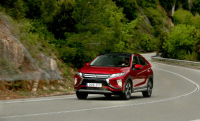 Στην 45η Έκθεση Αυτοκινήτου του Τόκιο, η Mitsubishi Motors Corporation θα παρουσιάσει τις νέες φιλοδοξίες της που εκφράζονται μέσα από δύο σημαντικά ορόσημα: - Την ανακοίνωση μιας νέας Στρατηγικής Μάρκας και το πρώτο νέο εταιρικό μήνυμα . - Την παγκόσμια πρεμιέρα του MITSUBISHI e-EVOLUTION CONCEPT, που ενσαρκώνει τη νέα στρατηγική 1917 –2017 Η Mitsubishi Motors γιορτάζει φέτος την 100η επέτειο του Model-A, του πρώτου μοντέλου της Mitsubishi και του πρώτου Ιαπωνικού αυτοκινήτου που σχεδιάστηκε με κριτήριο τη μαζική παραγωγή. Το Model-A προετοίμασε το δρόμο για τους φιλόδοξους στόχους της Mitsubishi να διερευνήσει νέους τομείς στο χώρο της αυτοκίνησης και να πιέσει τα όρια της μηχανολογίας για τα επόμενα 100 χρόνια … … Από το πρωτοποριακό 4-wheel-drive PX33 το 1936, μέχρι την έναρξη της έρευνας & εξέλιξης (R&D) της ηλεκτροκίνησης το 1966, … Από πολυάριθμες μηχανολογικές καινοτομίες (βενζινοκινητήρες άμεσου ψεκασμού, αντικραδασμικοί άξονες κινητήρων, Super-All Wheel Control…) μέχρι ατελείωτες δοκιμές ικανοτήτων & αξιοπιστίας μέσω κορυφαίων αγωνιστικών διοργανώσεων με τα Pajero και Lancer Evolution … Από την διερεύνηση αχαρτογράφητων περιοχών (Outlander PHEV το 2012) μέχρι την καθιέρωση συστημάτων παρακολούθησης ποιότητας σε αναδυόμενες αγορές (XPANDER το 2017) … Από το 1917 μέχρι το 2017 και ακόμα παραπέρα Ανανεωμένη Στρατηγική Μάρκας Στο πλαίσιο μιας πλήρους ανανέωσης της Μάρκας – η πρώτη σε επίπεδο τόσο ολοκληρωμένης εταιρικής προσπάθειας επί δύο δεκαετίες σχεδόν – η MMC ξεκίνησε μία διεξοδική διαδικασία, λαμβάνοντας υπόψη τόσο την πλούσια και μοναδική κληρονομιά όσο και τα φιλόδοξα σχέδιά της για το μέλλον, προκειμένου να καταρτίσει μία στρατηγική που πηγάζει από την ουσία της Μάρκας και ικανοποιεί τις φιλοδοξίες όλων των ενδιαφερομένων – των Οδηγών της– εντός και εκτός της Εταιρίας. Δηλώνοντας καθαρά την προηγμένη δέσμευση της MMC στην 'καινοτομία' και την 'ανακάλυψη' με ένα προηγμένο όραμα βιώσιμου μέλλοντος, αυτή η ανανεωμένη στρατηγική Μάρκας, υποστηρίζεται από 