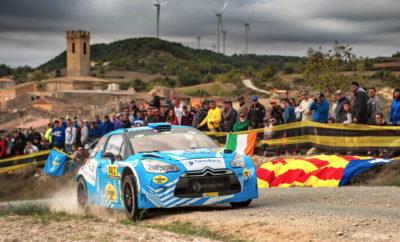 Κυμάτισε η ελληνική σημαία στον τερματισμό του Ράλλυ Καταλωνίας! Έπεσε η αυλαία του Ράλλυ Καταλωνίας, με τον Ιορδάνη Σερδερίδη να τερματίζει στην τρίτη θέση του WRC Trophy. Ο συμπατριώτης μας συνεχίζει να έχει βάσιμες ελπίδες για την κατάκτηση του τροπαίου στο θεσμό που αφορά οδηγούς με WRC αυτοκίνητα προηγούμενης γενιάς και απευθύνεται σε ιδιώτες. Ο αγώνας ήταν μικτός με το πρώτο σκέλος να διεξάγεται κυρίως σε χωμάτινη επιφάνεια και τα δύο υπόλοιπα σε ασφάλτινο τερέν, με τον Έλληνα οδηγό να ανταπεξέρχεται στις δυσκολίες και να τερματίζει σε άλλο ένα ράλλυ του Παγκοσμίου πρωταθλήματος ράλλυ. Ενώ αρχικά δυσκολεύτηκε την Παρασκευή, ο οδηγός της Citroen DS3 WRC βελτίωσε την απόδοσή του στη συνέχεια, πετυχαίνοντας τον αρχικό στόχο που είχε θέσει: «Κάνοντας έναν απολογισμό του αγώνα, πρωτίστως πρέπει να πω ένα μεγάλο ευχαριστώ στους μηχανικούς μου που άλλαξαν το setup του αυτοκινήτου σε πολύ λίγο χρόνο, μετατρέποντάς το από χωμάτινο σε ασφάλτινο το βράδυ της Παρασκευής. Δεν είμαι ευχαριστημένος από την οδήγησή μου στο χώμα, ωστόσο στην άσφαλτο ανεβάσαμε ρυθμό και εν τέλει ανεβήκαμε στη ράμπα του τερματισμού. Είναι δύσκολο να είσαι συγκεντρωμένος και να οδηγήσεις με καθαρό μυαλό, όταν πάση θυσία πρέπει να φέρεις το αυτοκίνητο στον τερματισμό. Κρατάμε το ότι βελτιωθήκαμε αισθητά και στις δύο επιφάνειες, γεγονός που θα μας βοηθήσει στους δύο τελευταίους αγώνες της χρονιάς.», ήταν τα λόγια του Σερδερίδη. Δύο αγώνες απομένουν για την ολοκλήρωση του πρωταθλήματος και ο Ιορδάνης Σερδερίδης βρίσκεται στην τρίτη θέση της βαθμολογίας. Με δεδομένο ότι ο πρωτοπόρος έχει ολοκληρώσει τους αγώνες που μπορεί να βαθμολογηθεί και ο δεύτερος δεν δήλωσε συμμετοχή στο Ράλλυ Μεγάλης Βρετανίας, ο συμπατριώτης μας έχει αρκετές πιθανότητες να γίνει ο πρώτος Έλληνας Παγκόσμιος Πρωταθλητής σε κάποια κατηγορία του WRC! «Τα ράλλυ Μεγάλης Βρετανίας και Αυστραλίας θα είναι δύσκολα και απαιτητικά. Αυτό που πρέπει να κάνουμε με κάθε τρόπο είναι να ανεβούμε στη ράμπα του τερματισμού, για να έχουμε ελπίδε