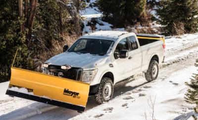 Το Nissan TITAN XD στις ΗΠΑ αντιμέτωπο με τα… χιόνια ! Καθώς ο χειμώνας πλησιάζει, η Nissan στις ΗΠΑ προετοιμάζεται για να τον αντιμετωπίσει με την έκδοση Snow Plow Prep, του δημοφιλούς pickup ΤΙΤΑΝ XD. Το συγκεκριμένο πακέτο περιλαμβάνει εμπρόσθιους βραχίονες βαρέως τύπου και ένα εκχιονιστικό μαχαίρι μεγάλης ικανότητας εκχιονισμού. Το Nissan TITAN XD είναι χτισμένο σε ένα μοναδικό πλαίσιο και το σασί του μπορεί να ανταποκριθεί στις πλέον δύσκολες εμπορικές και εκτός δρόμου απαιτήσεις. Σε συνδυασμό με τον σκελετό τύπου σκάλας πλήρους μήκους με πρόσθετη ακαμψία, τόσο κατακόρυφη και πλευρική όσο και στρεπτική, δεν είναι τυχαίο πως στις ΗΠΑ διαγράφει μια αξιοσημείωτη εμπορική πορεία. Ο κινητήρας 5.6 λίτρων Endurance® V8 του TITAN XD, ο οποίος χυτεύεται, σφυρηλατείται και συναρμολογείται στο εργοστάσιο παραγωγής κινητήρων της Nissan στο Decherd του Tennessee, έχει ονομαστική ισχύ 390 ίππων και ροπή στρέψης 54 κιλών ! Αξίζει να σημειωθεί πως το TITAN XD διατίθεται στις ΗΠΑ και με τον επίσης πανίσχυρο κινητήρα Cummins® 5.0L V8 Turbo Diesel.