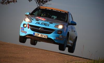 Print Print Word Το ADAC Opel Rally Cup παραμένει το σημαντικότερο ενιαίο πρωτάθλημα Ράλι στην Ευρώπη Ο Σουηδός Tom Kristensson κατακτά το φετινό τίτλο σε ένα συναρπαστικό φινάλε Ο Kristensson θα συμμετάσχει το 2018 στο Ευρωπαϊκό Πρωτάθλημα Ράλι Junior με ένα εργοστασιακό ADAM R2 Το ADAC Opel Rally Cup παραμένει το δυνατότερο ενιαίο πρωτάθλημα Ράλι της Ευρώπης στην πέμπτη του αγωνιστική περίοδο. Η δημοτικότητα του θεσμού αυτού που απευθύνεται σε νέους οδηγούς και διοργανώνουν από κοινού η ADAC και η Opel, επιβεβαιώνεται από το ρεκόρ συμμετοχών και το διεθνή χαρακτήρα του. Φέτος, 24 πληρώματα από 13 χώρες χάρισαν συναρπαστικό θέαμα με την εντυπωσιακή οδήγηση και τις σκληρές μεταξύ τους μάχες, στο τιμόνι των αγωνιστικών Opel ADAM Cup των 140 ίππων. Ο 26χρονος Σουηδός Tom Kristensson κατέκτησε τον τίτλο στο δραματικό φινάλε της σεζόν, στο ADAC 3-Städte Rally της Βαυαρίας. Η πέμπτη νίκη της χρονιάς για τον 22χρονο Jacob Lund Madsen από τη Δανία, το μεγάλο αντίπαλο του Kristofensson στη διεκδίκηση του τίτλου, δε στάθηκε αρκετή. Καθώς ο Madsen δεν είχε συμμετάσχει σε δύο αγώνες του θεσμού λόγω τραυματισμού, οι 16 βαθμοί της δεύτερης θέσης ήταν αρκετοί για να πάρει τον τίτλο ο Kristofensson. Τρίτος στην κατάταξη αναδείχτηκε ο Calvin Beattie από τη Βόρεια Ιρλανδία, ενώ ακολούθησαν ο Σλοβένος Tom Novak και ο Γερμανός οδηγός με την καλύτερη κατάταξη, ο Nico Knacker στην 5η θέση. Μετά από μία επιτυχημένη χρονιά, ο Kristensson επιλέχτηκε από τετραμελή επιτροπή της ADAC και της Opel ως ο νέος οδηγός της ομάδας ADAC Opel Rally Junior για το 2018. Την επόμενη σεζόν, ο Σκανδιναβός θα συμμετάσχει στην κατηγορία Junior του Ευρωπαϊκού Πρωταθλήματος Ράλι (FIA ERC Junior U27) στο τιμόνι του εργοστασιακού Opel ADAM R2, ακολουθώντας την πορεία εργοστασιακών οδηγών της Opel, όπως οι Emil Bergkvist το 2015, Marijan Griebel το 2016 και Christopher Ingram το 2017, οι οποίοι κατέκτησαν τον τίτλο του Πρωταθλήματος Junior τα τελευταία τρία χρόνια. Ο Διευθυντής της Opel Motorsport, Jörg Schrott, 