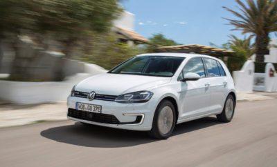 Νέο Volkswagen e-Golf» • Η αμιγώς ηλεκτροκίνητη έκδοση του νέου Golf είναι διαθέσιμη στην ελληνική αγορά • Αυτονομία έως 300 χιλιόμετρα (New European Driving Cycle - NEDC) • Εξελιγμένος ηλεκτροκινητήρας απόδοσης 136PS • Προηγμένα συστήματα υποβοήθησης και ημι-αυτόνομης οδήγησης: Emergency Assist, Traffic Jam Assist, Front Assist με City Emergency Braking και λειτουργία αναγνώρισης πεζών, Lane Assist, Blind Spot Monitor, Rear Traffic Alert, Dynamic Light Assist • Διαδραστικά Συστήματα Ενημέρωσης & Ψυχαγωγίας: Discover Pro με λειτουργία ανέπαφου χειρισμού Gesture Control, Active Info Display • Πρωτοποριακές Mobile Online Yπηρεσίες Car-Net: Κλήση έκτακτης ανάγκης Emergency Call Service, Car Net e-Remote, Security & Service, Guide & Inform H Volkswagen, πρωτοπόρος στις αλλαγές και τις νέες τάσεις της αυτοκίνησης, επενδύει στρατηγικά στην ηλεκτροκίνηση. Το νέο e-Golf, με σημαντικά μεγαλύτερη αυτονομία από τον προκάτοχό του, αποτελεί το πρώτο και πιο σημαντικό βήμα της νέας στρατηγικής της μάρκας και είναι το όχημα που δείχνει το μέλλον της αυτοκίνησης. Αυτονομία - φόρτιση Η μεγαλύτερη κατά 50% αυτονομία, μέχρι 300km (New European Driving Cycle - NEDC) επιτυγχάνεται χάρη στη νέα μπαταρία ιόντων-λιθίου με χωρητικότητα 35.8 kWh, καθιστώντας στην πράξη την ηλεκτροκίνηση πιο ρεαλιστική από ποτέ. Σε συνδυασμό με τη δυνατότητα βέλτιστης διαχείρισης ενέργειας και αυτονομίας, με την επιλογή ανάμεσα σε διαφορετικά προφίλ οδήγησης (Normal, Eco, Eco+), το νέο e-Golf είναι ιδανικό για καθημερινή χρήση. Σε σημείο φόρτισης συνεχούς ρεύματος (DC) η μπαταρία φορτίζεται κατά 80% σε διάστημα 45 λεπτών ενώ απαιτούνται λιγότερες από 6 ώρες για την πλήρη φόρτιση της μπαταρίας σε Wallbox εναλλασσόμενου ρεύματος (AC) 7,2kW. Αποδοτικότητα Ο εξελιγμένος ηλεκτροκινητήρας αποδίδει 136PS (100 Kw), με μέγιστη απόδοση ροπής 290Νm. Η επιτάχυνση (0-80km/h) ολοκληρώνεται σε 6,9'' (0-100km/h σε 9,6'') ενώ η μέγιστη ταχύτητα έχει αυξηθεί στα 150km/h. Η μέση κατανάλωση ενέργειας διατηρείται στις 12,7kWh/100