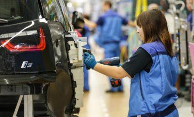 Το εργοστάσιο του BMW Group συνεχίζει να διευρύνει τον ηγετικό, διεθνή ρόλο του στον τομέα της ηλεκτροκίνησης, με το 100.000ό BMW i3 να περνά πρόσφατα από την γραμμή παραγωγής του εργοστασίου της Λειψίας. Το BMW i3 έχει παίξει σημαντικό ρόλο στην ανάδειξη του BMW Group σε έναν από τους πιο επιτυχημένους παρόχους ηλεκτρικών οχημάτων σε όλο τον κόσμο. Ο Harald Krüger, Πρόεδρος Δ.Σ. της BMW AG, και ο Διευθυντής του εργοστασίου Hans-Peter Kemser γιόρτασαν το ορόσημο με τον Πρωθυπουργό της Σαξονίας, Stanislaw Tillich, άλλους προσκεκλημένους και εργαζόμενους του εργοστασίου. Στην εκδήλωση, οι Krüger και Kemser παρουσίασαν επίσης το επόμενο μέλος της οικογένειας BMW i, το BMW i8 Roadster, σε μορφή καμουφλαρισμένου πρωτοτύπου. Η μαζική παραγωγή του BMW i8 Roadster θα ξεκινήσει το 2018. Επίσης, αξιοσημείωτη είναι η επίσημη έναρξη λειτουργίας του BMW Battery Storage Farm Leipzig, που θα συνδέει 700 μπαταρίες υψηλής χωρητικότητας από οχήματα BMW i3. Το σύστημα αποθήκευσης μπαταριών μεγάλης κλίμακας στο εργοστάσιο της Λειψίας θα προσφέρει σε μπαταρίες που έχουν χρησιμοποιηθεί αρχικά σε οχήματα BMW i3, έναν δεύτερο κύκλο ζωής σε ένα κερδοφόρο, βιώσιμο επιχειρηματικό μοντέλο βασισμένο στην αξιοποίηση της ενέργειας. «Είμαστε περήφανοι για την παραγωγή του 100.000ού BMW i3 στη Λειψία. Το BMW i3 είναι ένας γνήσιος πρωτοπόρος της τεχνολογίας. Με την BMW i στην πρώτη γραμμή, σκοπεύουμε να διατηρήσουμε τον ηγετικό ρόλο μας, ως premium κατασκευαστές ηλεκτρικών οχημάτων στο μέλλον. Τώρα προσδοκούμε στο επόμενο μέλος της οικογένειας BMW i, το i8 Roadster, που θα ενισχύει την πρωτοκαθεδρία μας στον τομέα της ηλεκτροκίνησης. Το 2025, θα προσφέρουμε στους πελάτες μας συνολικά 25 μοντέλα με ηλεκτρικά συστήματα κίνησης», δήλωσε ο Krüger. «Για το συμφέρον της βιωσιμότητας, σήμερα παρουσιάζουμε μία φιλοσοφία για δεύτερη ζωή των μπαταριών υψηλής τάσης του BMW i3. Με τη Στρατηγική NUMBER ONE > NEXT, τα οράματά μας προχωρούν πέρα από το αυτοκίνητο αυτό καθαυτό, και υποστηρίζουμε την αλλαγή στη βιομ