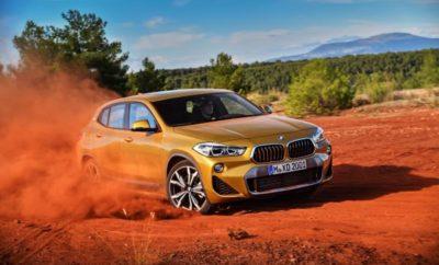 Η ελκυστική, συναρπαστική, εξωστρεφής, νέα BMW X2 θα γιορτάσει την πρεμιέρα της στην αγορά το Μάρτιο του 2018. Με μία σχεδίαση που ξεχειλίζει μοναδικότητα από παντού και σπορ σετάρισμα ανάρτησης, η BMW X2 υπερβαίνει τα συμβατικά όρια, αποστασιοποιείται από τα καθιερωμένα και φέρνει πρωτοφανή επίπεδα οδηγικής απόλαυσης σε αυτή την κατηγορία. Με ένα τέτοιο χαρακτήρα, η BMW X2 απευθύνεται κυρίως σε ένα νεανικό target group τόσο ηλικιακά όσο και στην καρδιά. Οι πελάτες αυτοί ζουν σε αστικές περιοχές, είναι ενεργοί, δραστήριοι και πλήρως συνδεδεμένοι με τον ψηφιακό κόσμο. Σχεδίαση: αναμφισβήτητα διαφορετική. Η εμφάνιση της BMW X2 είναι αξεπέραστη από όλες τις οπτικές γωνίες. Το στήσιμό της στο δρόμο θυμίζει γυμνασμένο αθλητή – και συνδυάζει το στιβαρό προφίλ μιας BMW X με τη σπορτίφ φινέτσα ενός coupe. Χαρακτηριστικές λεπτομέρειες είναι οι θόλοι των τροχών με τετραγωνισμένο σχήμα, οι εντυπωσιακές απολήξεις εξαγωγής και οι τονισμένες ποδιές, όπως επίσης και η κομψή γραμμή οροφής, οι λείες γραμμές και τα τύπου coupe παράθυρα. Σε καμία περίπτωση η BMW X2 δεν προδίδει το δικό της μοναδικό χαρακτήρα. Στην ουσία είναι ένα μοντέλο που μπορεί να σταθεί μόνο του και ξέρει να ξεχωρίζει από το πλήθος. Επιπλέον, εκδόσεις M Sport και M Sport X διατίθενται για πρώτη φορά και δίνουν την ευκαιρία στους ιδιοκτήτες να δημιουργήσουν την απόλυτα μοναδική τους BMW X2. Δύο σχεδιαστικά χαρακτηριστικά, ειδικότερα, προσελκύουν την προσοχή στη X2. Το πρώτο είναι η αναστροφή του κλασικού, τραπεζοειδούς σχήματος της μάσκας BMW. Είναι η πρώτη φορά που μία σύγχρονη BMW υιοθετεί αυτή την προσέγγιση. Το δεύτερο χαρακτηριστικό, είναι το πρόσθετο λογότυπο BMW στις κολόνες C που παραπέμπει σε μία πολυαγαπημένη λεπτομέρεια των κλασικών BMW coupe, όπως οι 2000 CS και 3.0 CSL, υπογραμμίζοντας το σπορ DNA της BMW X2. Δυναμική συμπεριφορά που ξεχειλίζει από δύναμη και απόδοση. Οι κινητήρες BMW TwinTurbo μεταφέρουν αυτά τα γονίδια στο δρόμο με το κατάλληλο δυναμικό στυλ. Τρεις εκδόσεις κινητήρων/κιβωτίων διατίθ