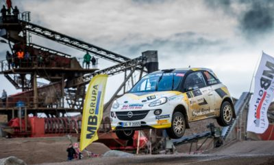 Εντυπωσιακό 'Χατ-Τρικ' της Opel στο ERC 09.10.2017 Print Print Word Η Opel πανηγυρίζει τον τρίτο συνεχόμενο τίτλο της στο Πρωτάθλημα FIA ERC Junior Πρωταθλητής ο Christopher Ingram με νίκη στον τελευταίο αγώνα, στη Λετονία Το Opel ADAM R2, σημείο αναφοράς του FIA ERC Junior, από το 2015 Η Opel πέτυχε το στόχο της με εντυπωσιακό τρόπο – να κάνει το χατ τρικ - κατακτώντας τον τρίτο συνεχόμενο τίτλο της στο Πρωτάθλημα FIA ERC Junior U27 στο Ράλι Liepāja-Ventspils της Λετονίας. Μετά το Σουηδό Emil Bergkvist (2015) και το Γερμανό Marijan Griebel (2016), φέτος ήταν η σειρά του 23χρονου Βρετανού Christopher Ingram να στεφθεί Πρωταθλητής μετά από θρίαμβο στον τελευταίο αγώνα της χρονιάς που διεξήχθη στην περιοχή πέριξ του λιμανιού της Liepāja, στη Βαλτική θάλασσα. Ο Ingram κατέκτησε μάλιστα για δεύτερη συνεχή φορά τον τίτλο του Πρωταθλήματος ERC3 στο τιμόνι του εργοστασιακού Opel ADAM R2. Κάτω από αντίξοες καιρικές συνθήκες, ο Ingram και ο συνοδηγός του Ross Whittock ολοκλήρωσαν τις 13 ιδιαίτερα απαιτητικές ειδικές διαδρομές του αγώνα στην 1η θέση με διαφορά 18 δευτερολέπτων από το Λετονό οδηγό Martins Sesks (Peugeot). «Δε βρίσκω λόγια να περιγράψω πόσο ευτυχισμένος είμαι», είπε ένας ιδιαίτερα χαρούμενος Ingram. «Θα ήθελα να ευχαριστήσω την ομάδα μου, Opel Rallye Junior Team, για την απόλυτη στήριξη που μου πρόσφερε όλη τη χρονιά. Όσο για το ADAM R2, για άλλη μια φορά δούλεψε 'ρολόι' κι έτσι ολοκληρώσαμε χωρίς σοβαρά λάθη αυτόν τον αγώνα που διεξήχθη κάτω από δύσκολες συνθήκες. Η κατάκτηση του τίτλου του FIA ERC Junior είναι ένα όνειρο για μένα που έγινε πραγματικότητα». Δυστυχώς, το άλλο εργοστασιακό πλήρωμα της Opel, οι Jari Huttunen και Antti Linnaketo είχαν μία σειρά από ατυχίες. Αφού προηγήθηκαν στο πρώτο σκέλος του Σαββάτου, οι Φινλανδοί σταμάτησαν δύο φορές στην πρώτη ειδική διαδρομή της Κυριακής με κλαταρισμένο ελαστικό. Δεδομένου ότι υπήρχε μία μόνο ρεζέρβα μέσα στο ADAM R2, το άτυχο πλήρωμα αναγκάστηκε να κάνει τις επόμενες δύο ειδικές διαδρομές με κλαταρισμένο λά